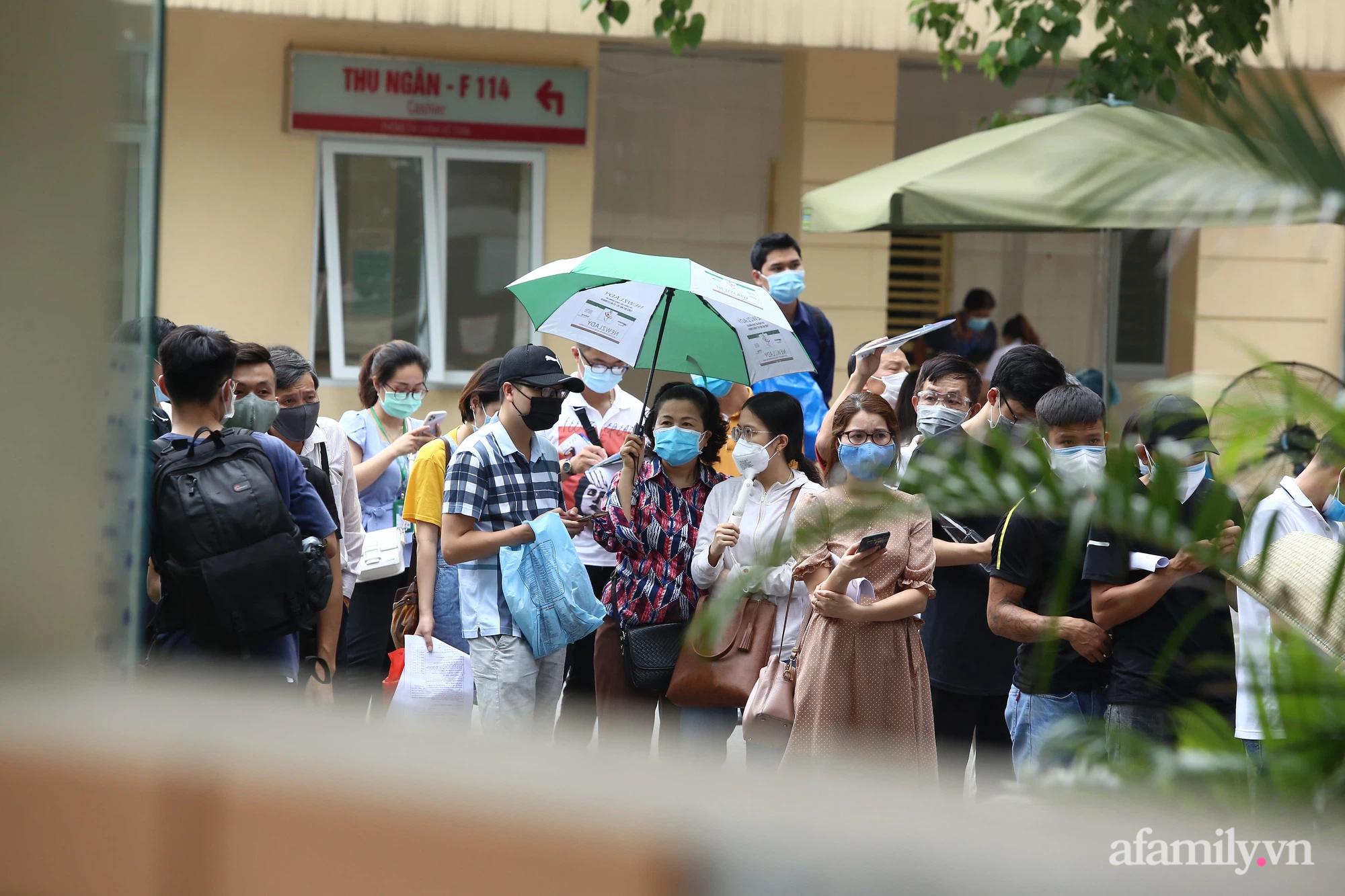 Bí thư thành ủy Hà Nội: Dừng ngay điểm tiêm vaccine Bệnh viện E, tránh tình trạng rối loạn - Ảnh 1.