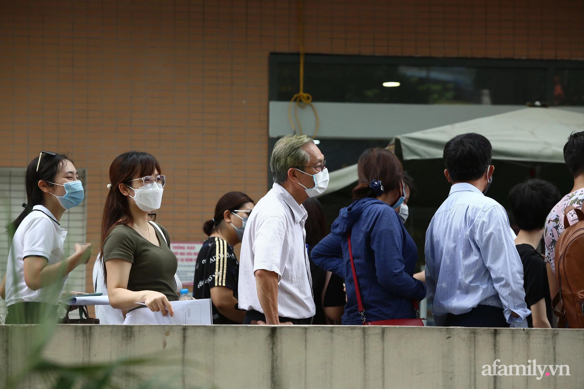 Bí thư thành ủy Hà Nội: Dừng ngay điểm tiêm vaccine Bệnh viện E, tránh tình trạng rối loạn - Ảnh 2.