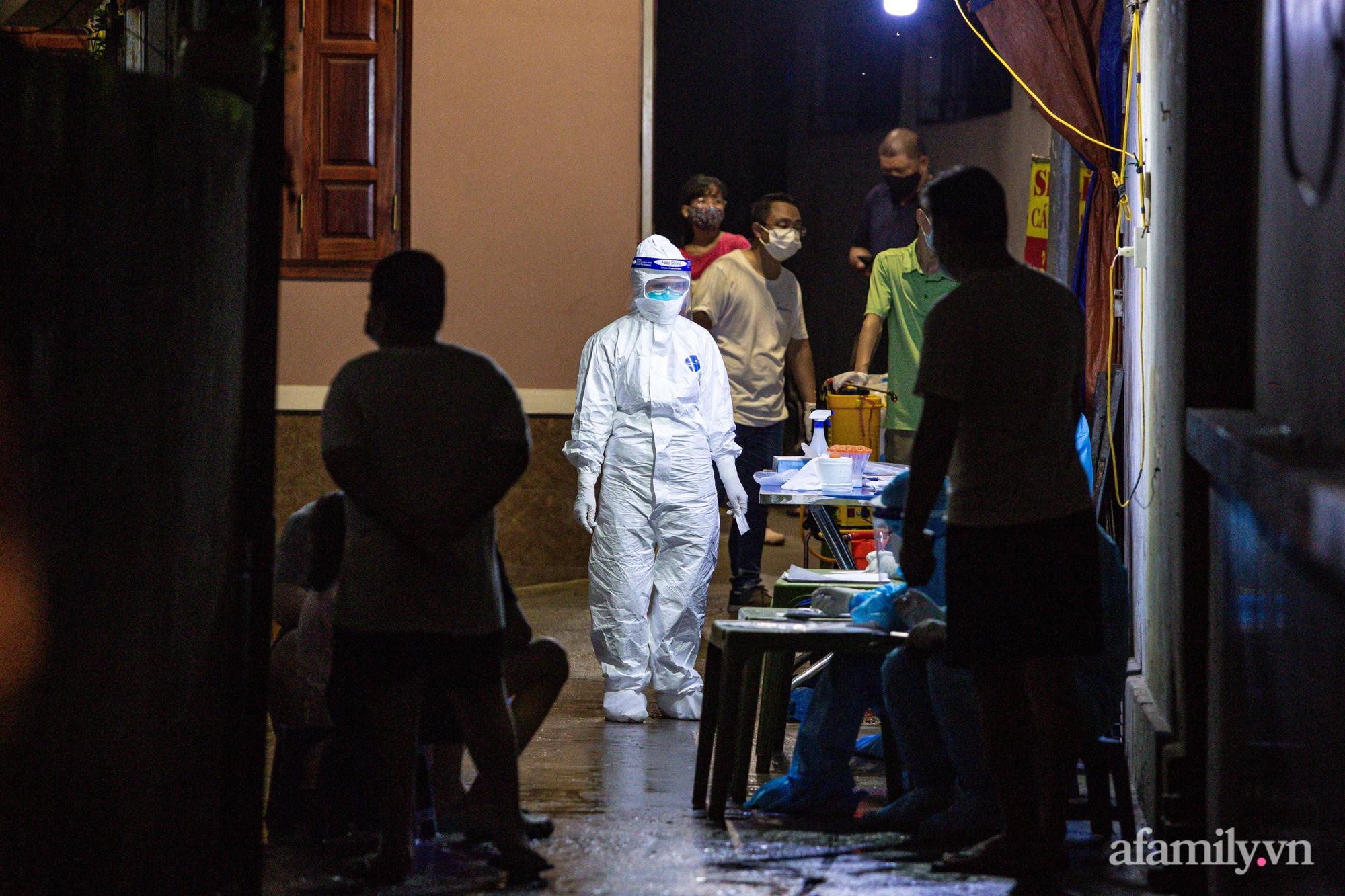 Hà Nội: Phong tỏa cửa hàng tạp hóa trong ngõ 79 đường Cầu Giấy, khẩn trương lấy mẫu xét nghiệm, truy vết trong đêm - Ảnh 1.