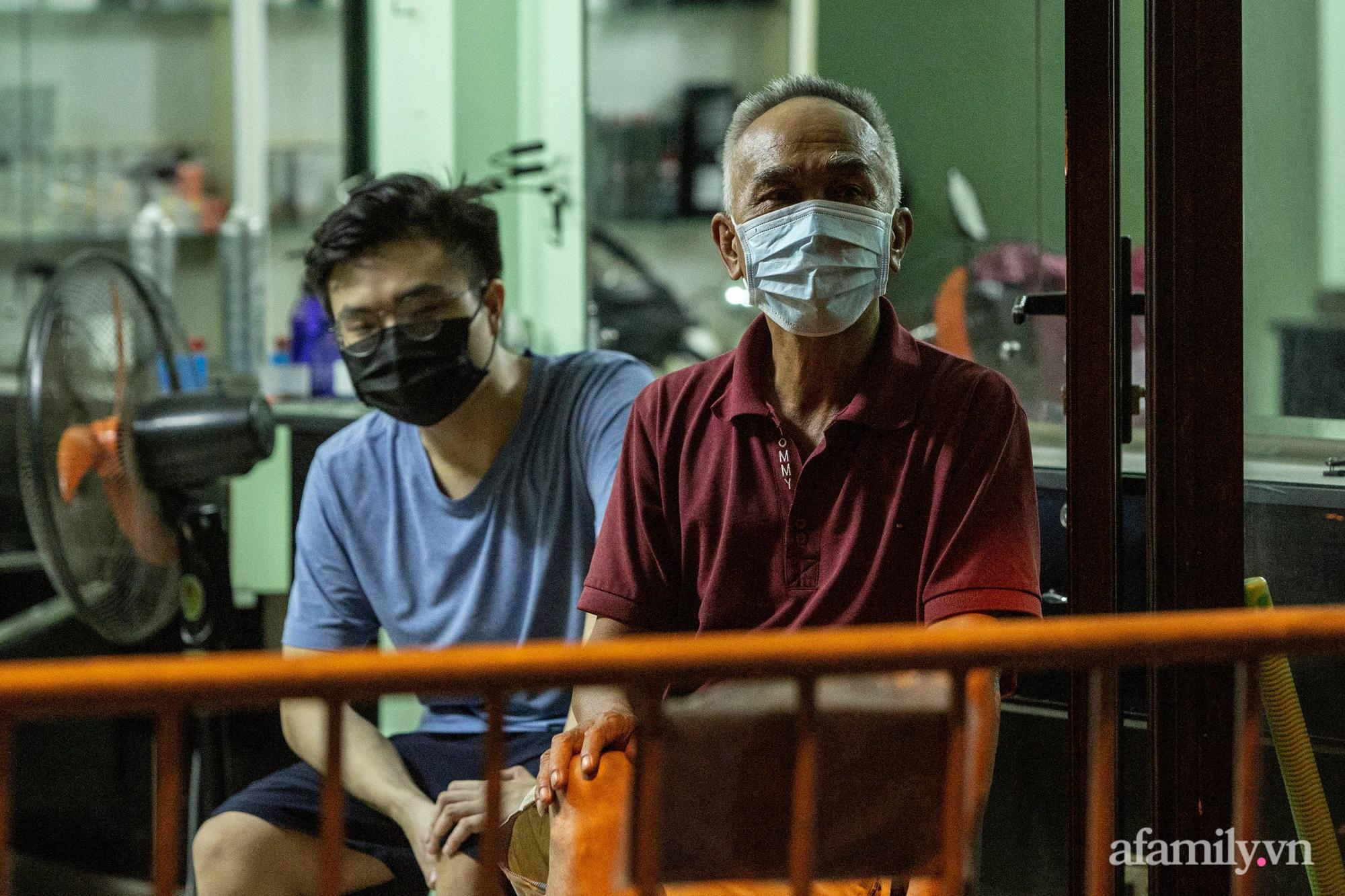 Hà Nội: Phong tỏa cửa hàng tạp hóa trong ngõ 79 đường Cầu Giấy, khẩn trương lấy mẫu xét nghiệm, truy vết trong đêm - Ảnh 4.