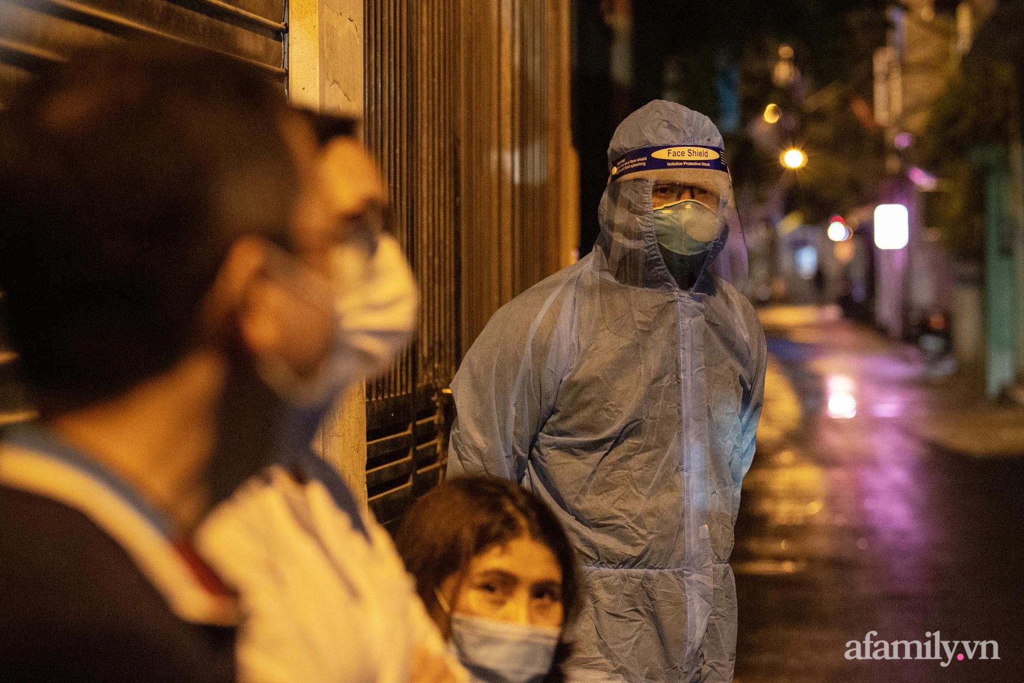 Hà Nội: Phong tỏa cửa hàng tạp hóa trong ngõ 79 đường Cầu Giấy, khẩn trương lấy mẫu xét nghiệm, truy vết trong đêm - Ảnh 8.