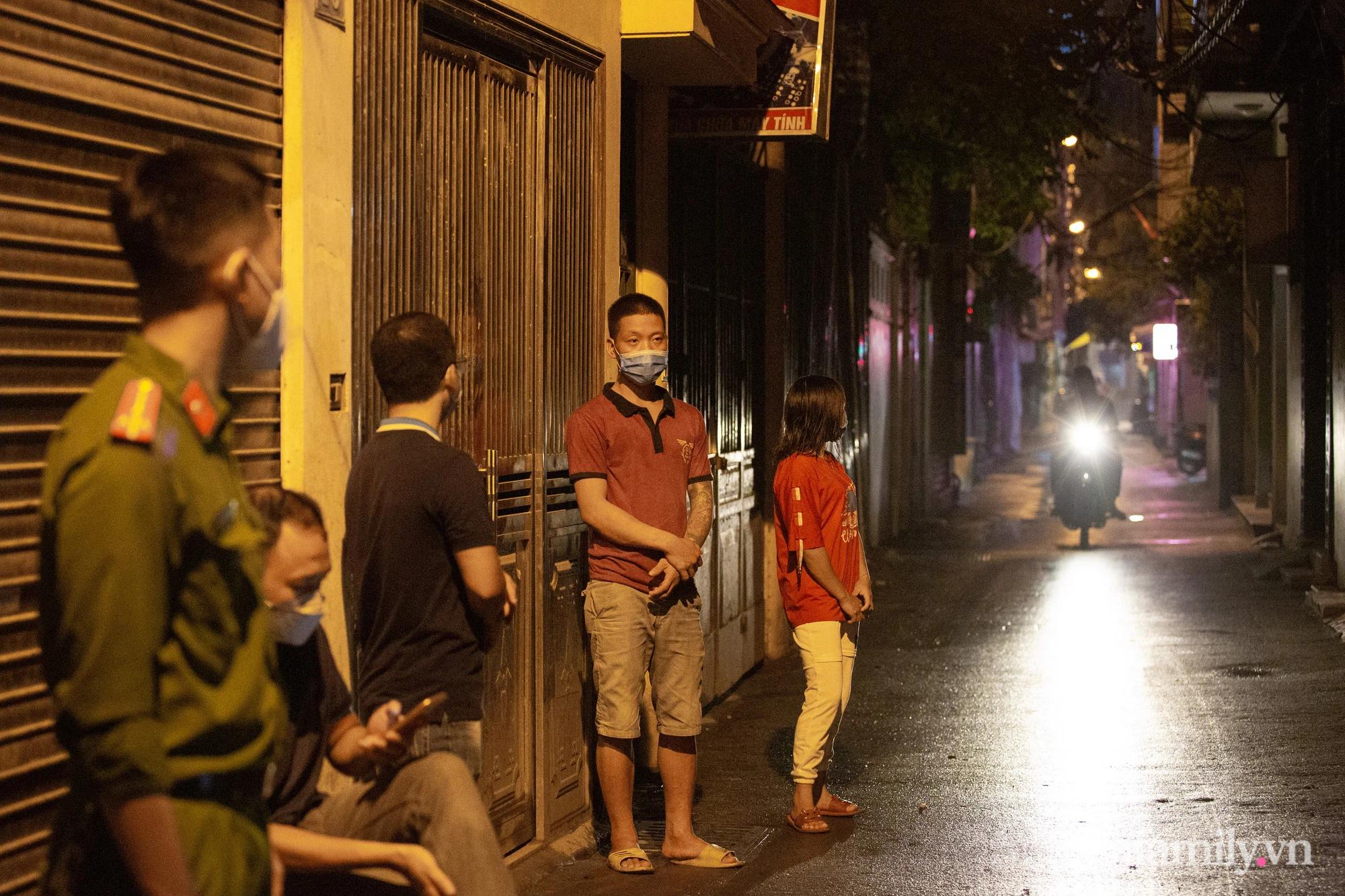 Hà Nội: Phong tỏa cửa hàng tạp hóa trong ngõ 79 đường Cầu Giấy, khẩn trương lấy mẫu xét nghiệm, truy vết trong đêm - Ảnh 9.