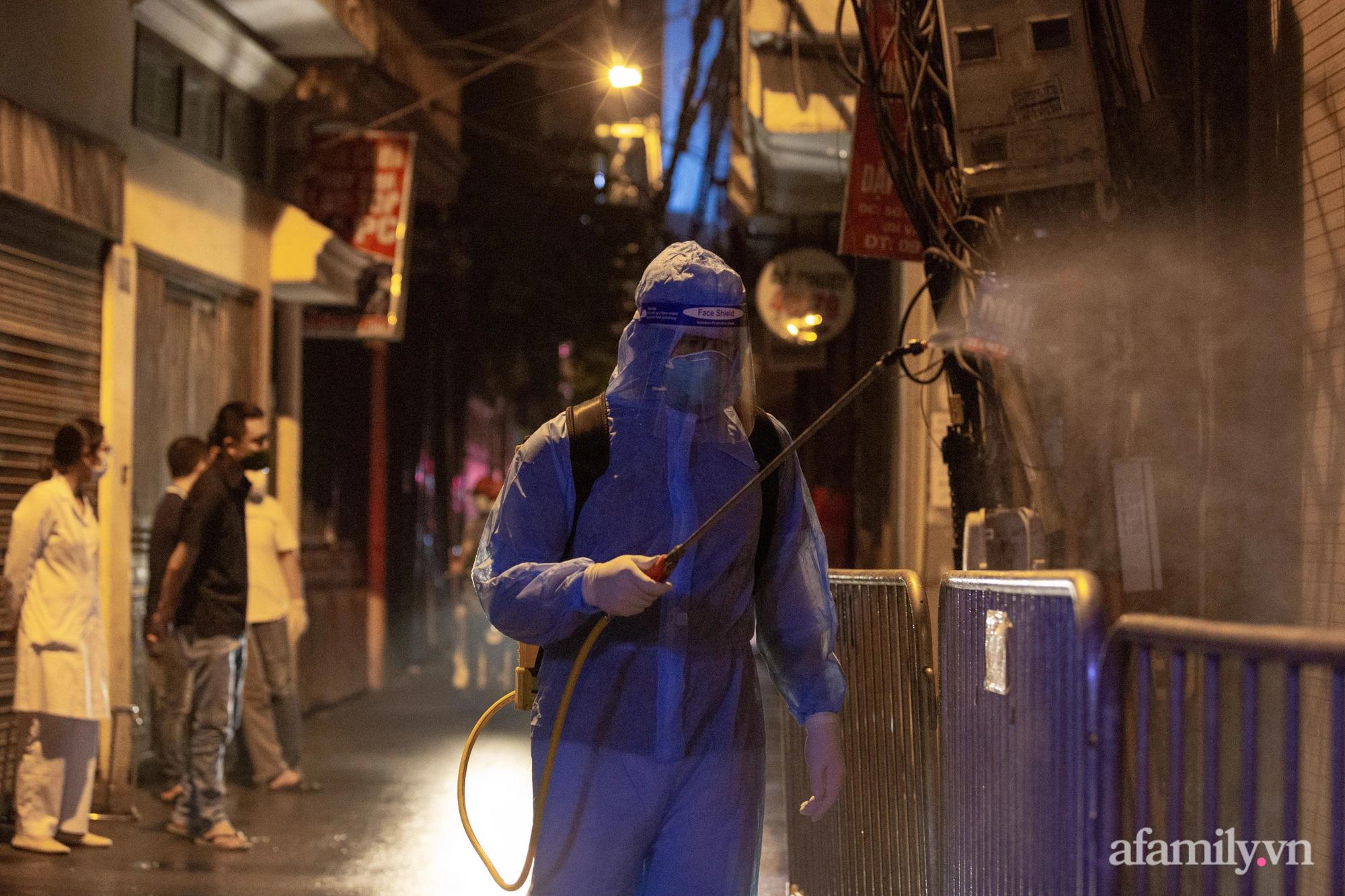 Hà Nội: Phong tỏa cửa hàng tạp hóa trong ngõ 79 đường Cầu Giấy, khẩn trương lấy mẫu xét nghiệm, truy vết trong đêm - Ảnh 11.