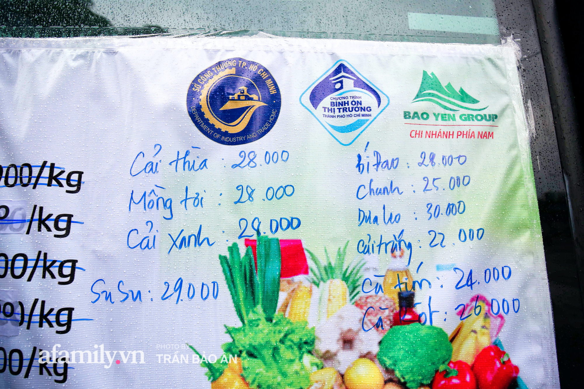 Người Sài Gòn lên xe buýt để... mua rau củ, thịt cá giá bình ổn, đảm bảo an toàn đủ các bước nhưng quan trọng chất lượng liệu ra sao? - Ảnh 4.
