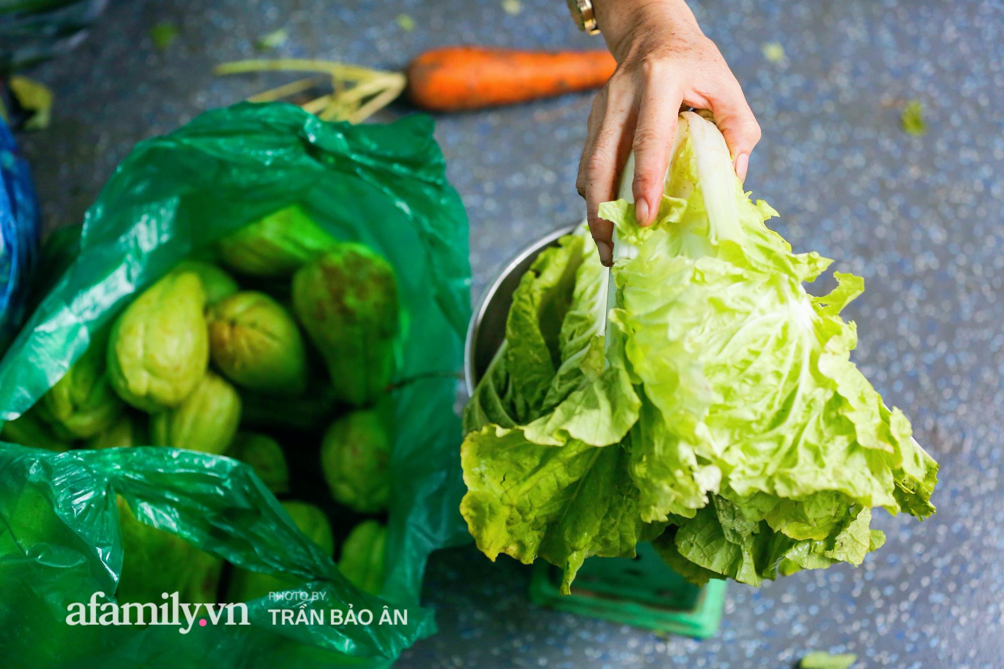 Người Sài Gòn lên xe buýt để... mua rau củ, thịt cá giá bình ổn, đảm bảo an toàn đủ các bước nhưng quan trọng chất lượng liệu ra sao? - Ảnh 11.