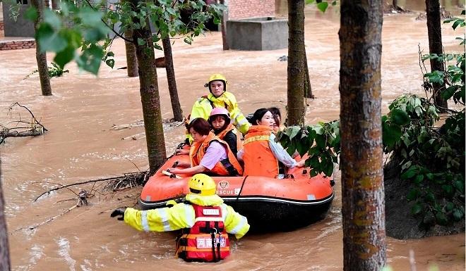 Hình ảnh khủng khiếp về trận mưa lịch sử ở thành phố Trịnh Châu, Trung Quốc - Ảnh 1.