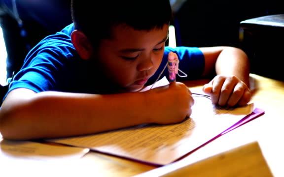 """Viết về ước mơ tương lai, học sinh lớp 4 tả """"cô vợ của em"""" khiến phụ huynh đọc đến đâu huyết áp tăng vùn vụt đến đấy"""