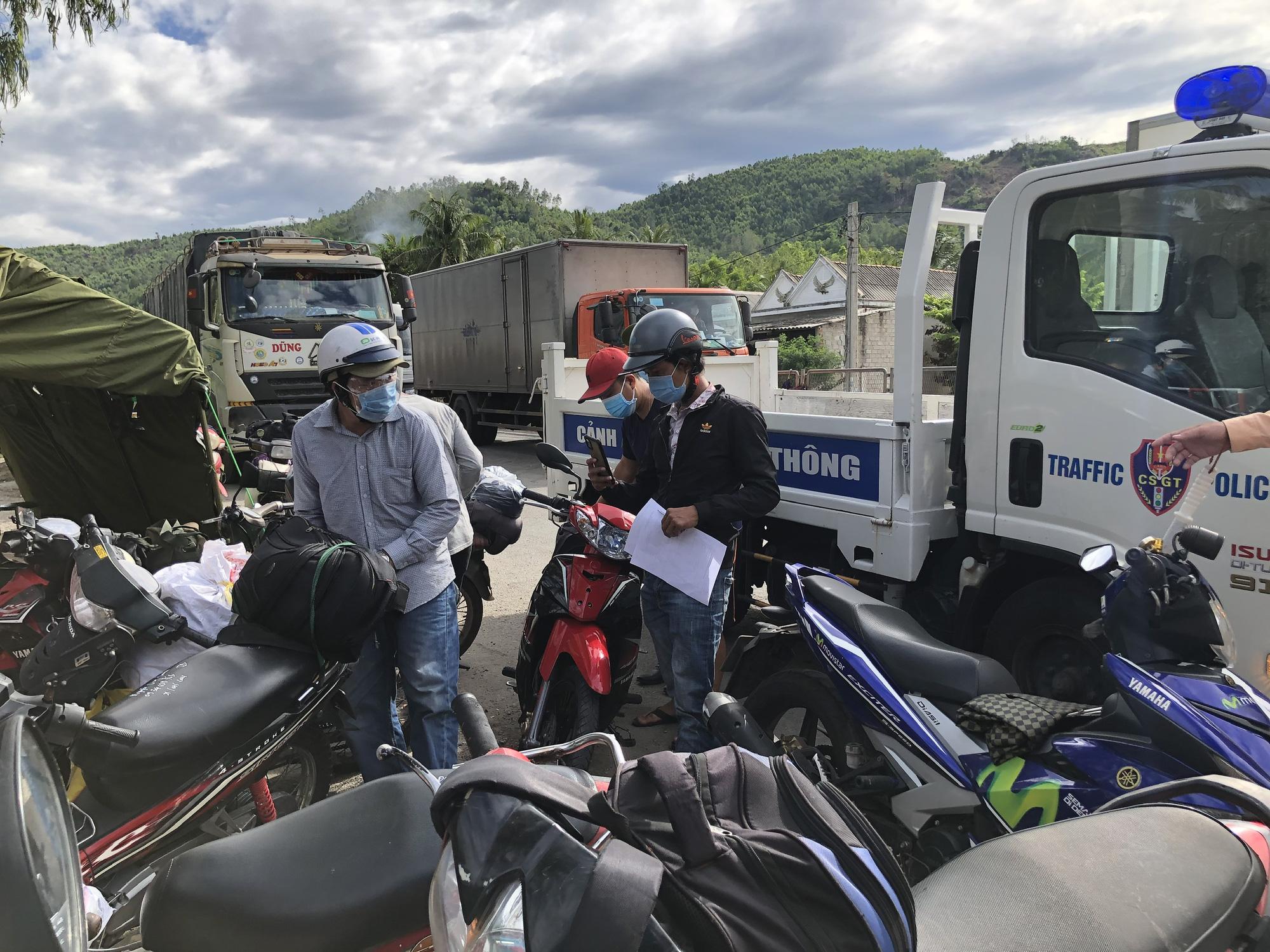 Hàng nghìn người từ TP HCM đổ về quê tránh dịch bằng xe máy - Ảnh 2.
