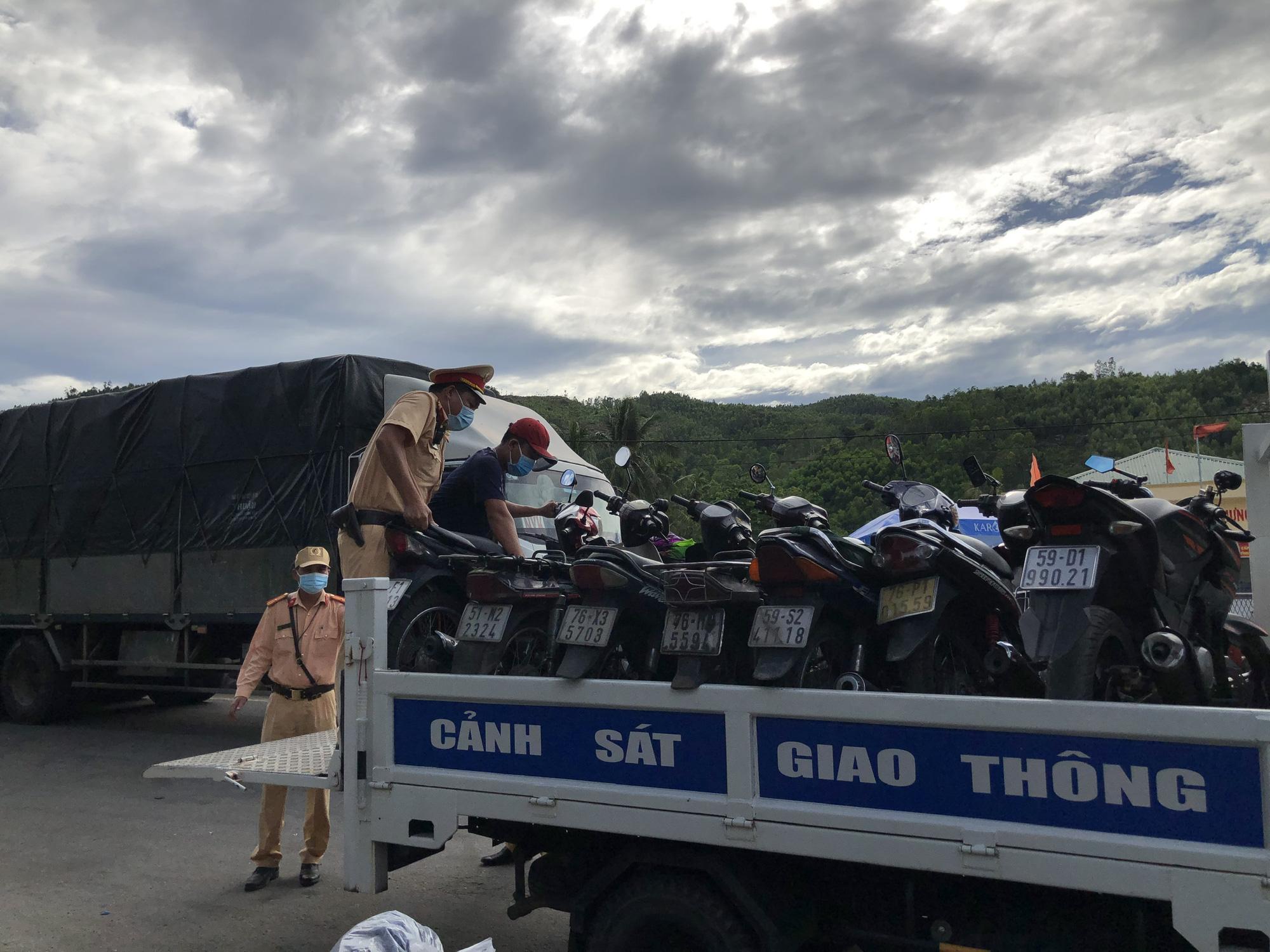 Hàng nghìn người từ TP HCM đổ về quê tránh dịch bằng xe máy - Ảnh 3.