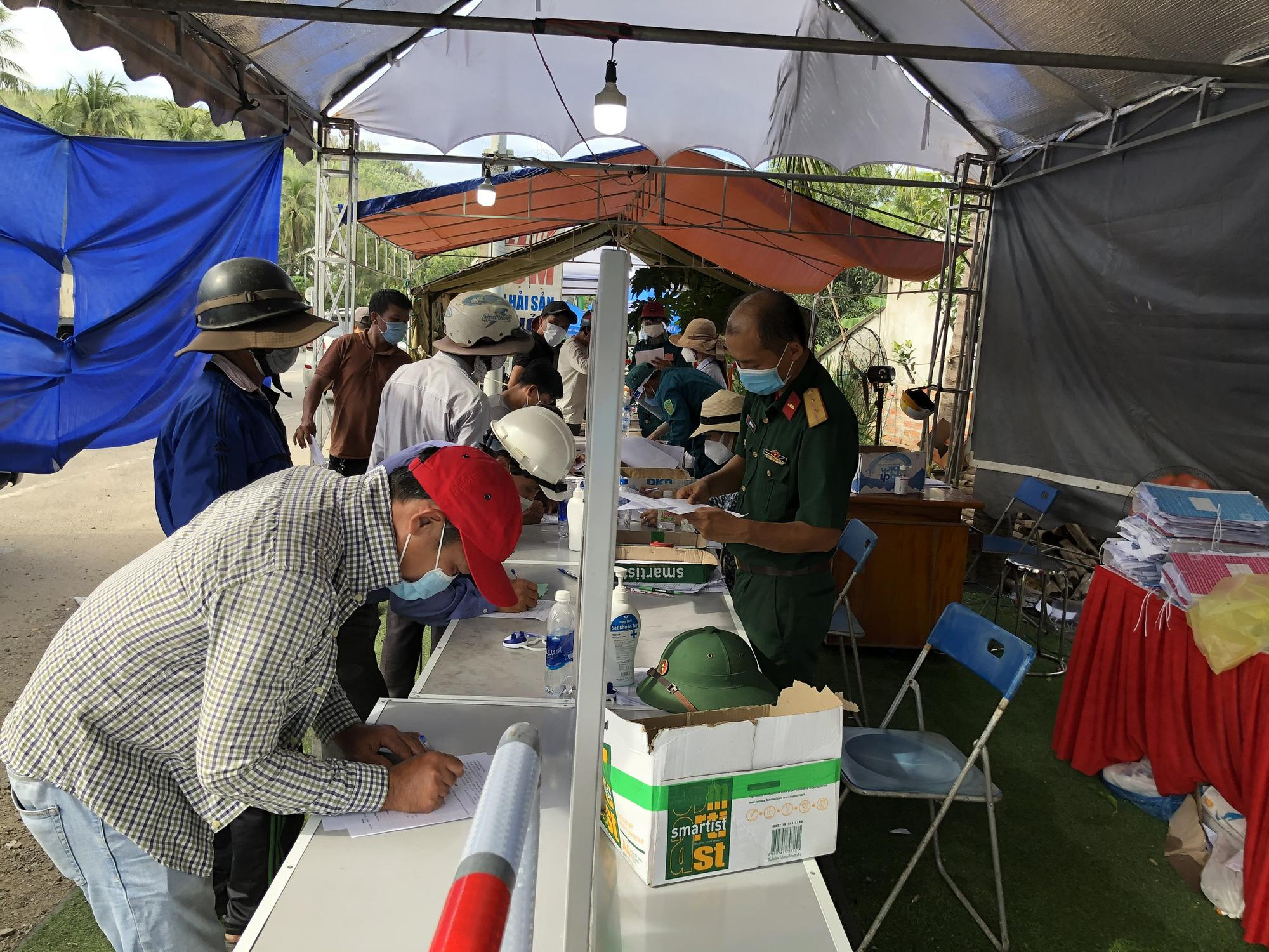 Hàng nghìn người từ TP HCM đổ về quê tránh dịch bằng xe máy - Ảnh 1.