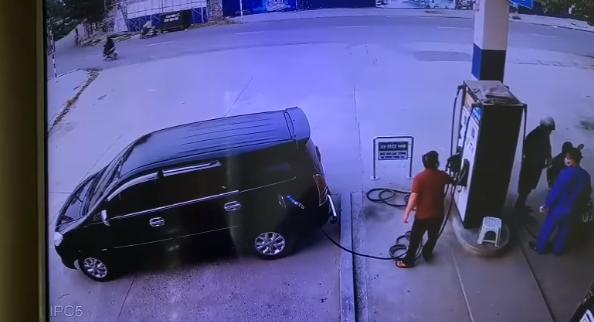 """Cận cảnh khoảnh khắc tài xế đi ô tô dùng """"tiểu xảo"""" để ăn bớt gần 500k của nhân viên trạm xăng - Ảnh 3."""