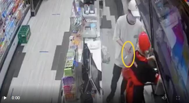 """Liên tục xảy ra cướp ở cửa hàng tiện lợi, nhân viên bị kề dao dọa lớn: """"Lẹ lên! Ra ngoài tao chém"""" - Ảnh 6."""