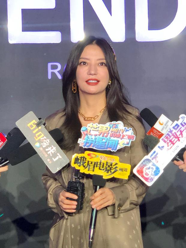 """Triệu Vy """"ăn vận"""" già lua dìm dáng thậm tệ, không khác gì một """"nhan sắc vô danh"""" tại show Fendi - Ảnh 2."""