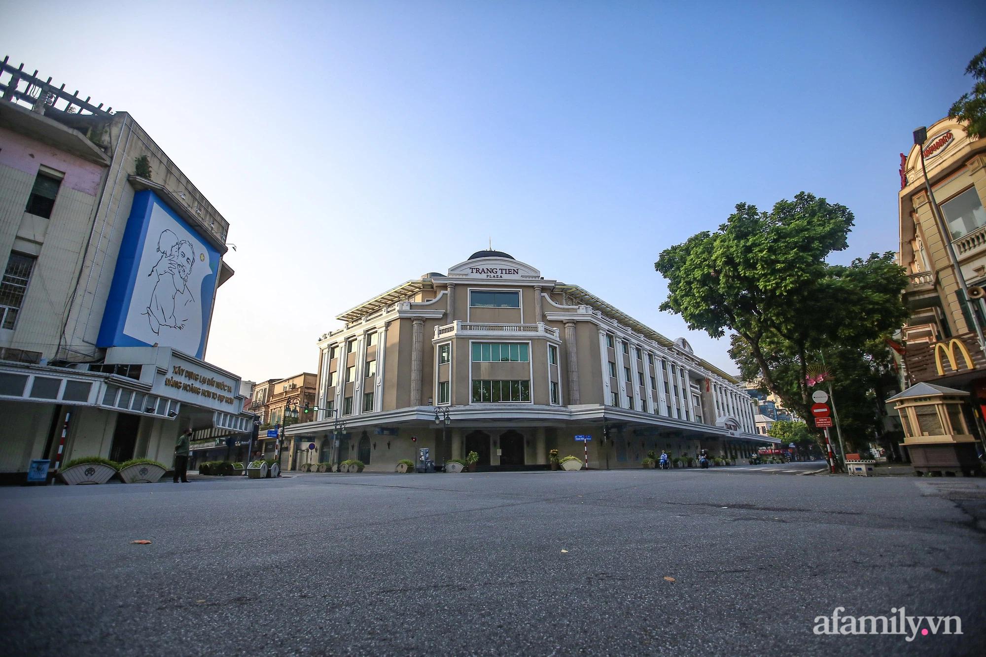 Buổi sáng đầu tiên cách ly toàn xã hội, đường phố Hà Nội vắng vẻ, người dân chỉ tập trung đông tại một số khu chợ để mua đồ ăn uống, sinh hoạt cho những ngày sắp tới - Ảnh 2.