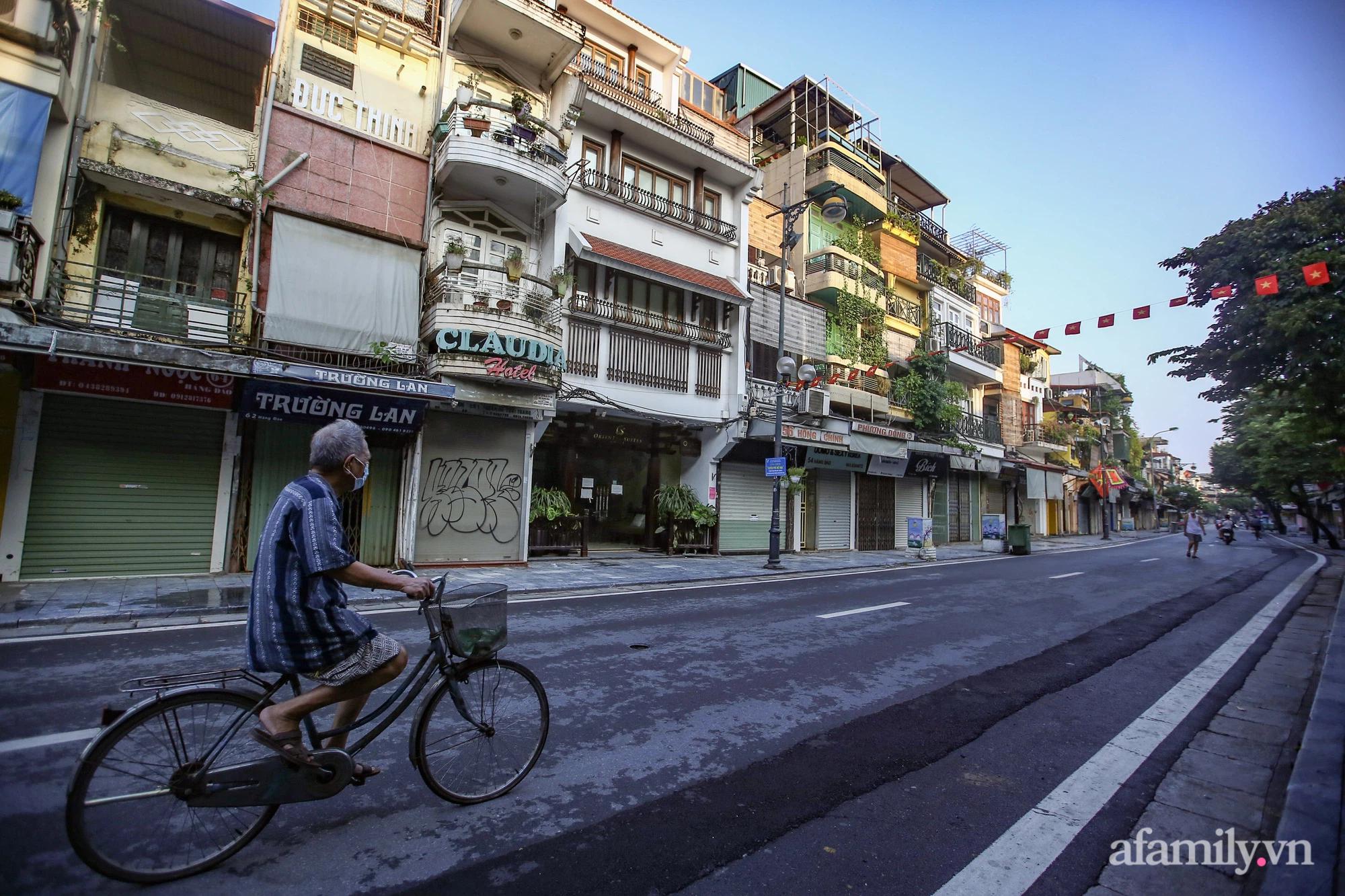 Buổi sáng đầu tiên cách ly toàn xã hội, đường phố Hà Nội vắng vẻ, người dân chỉ tập trung đông tại một số khu chợ để mua đồ ăn uống, sinh hoạt cho những ngày sắp tới - Ảnh 3.