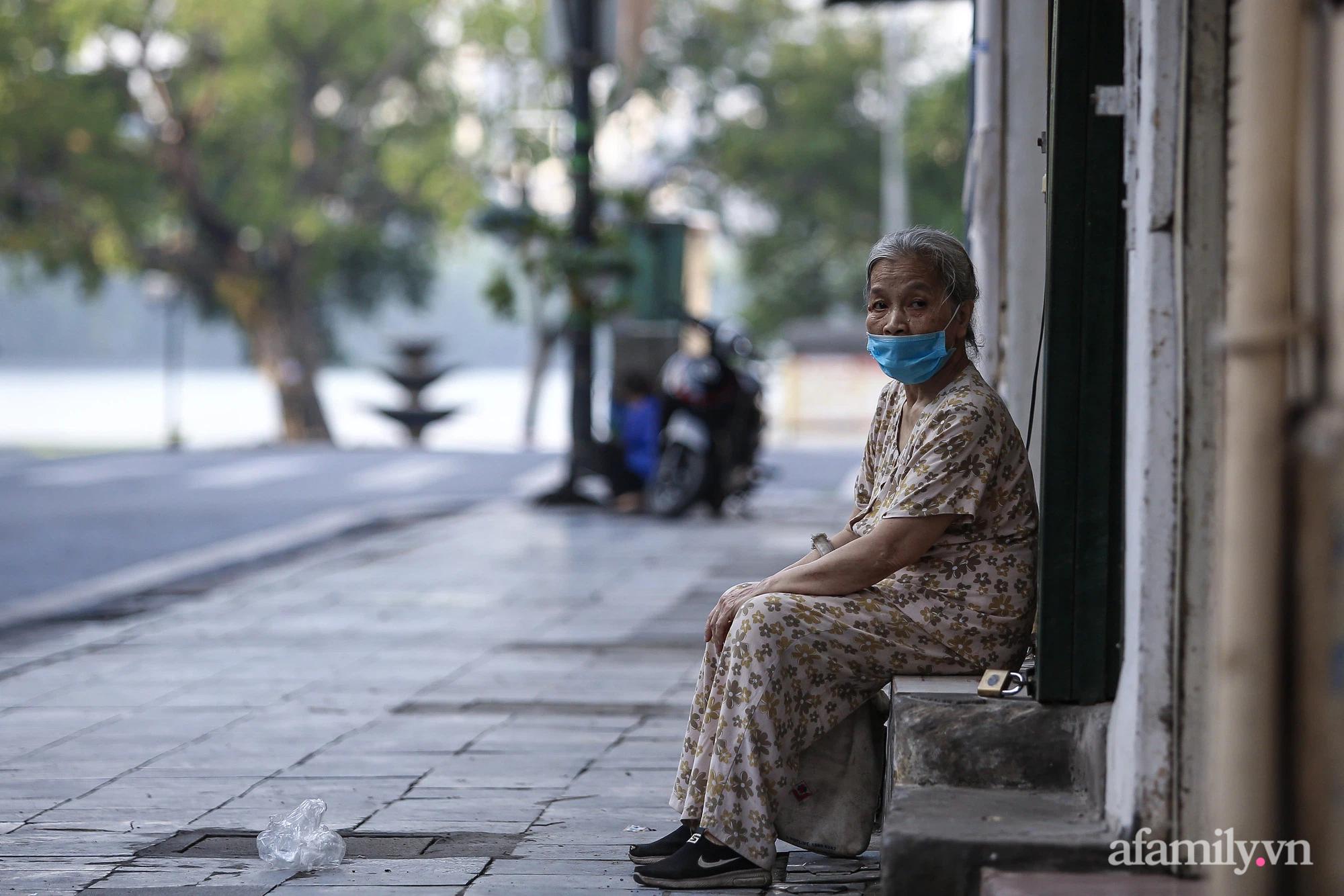Buổi sáng đầu tiên cách ly toàn xã hội, đường phố Hà Nội vắng vẻ, người dân chỉ tập trung đông tại một số khu chợ để mua đồ ăn uống, sinh hoạt cho những ngày sắp tới - Ảnh 6.