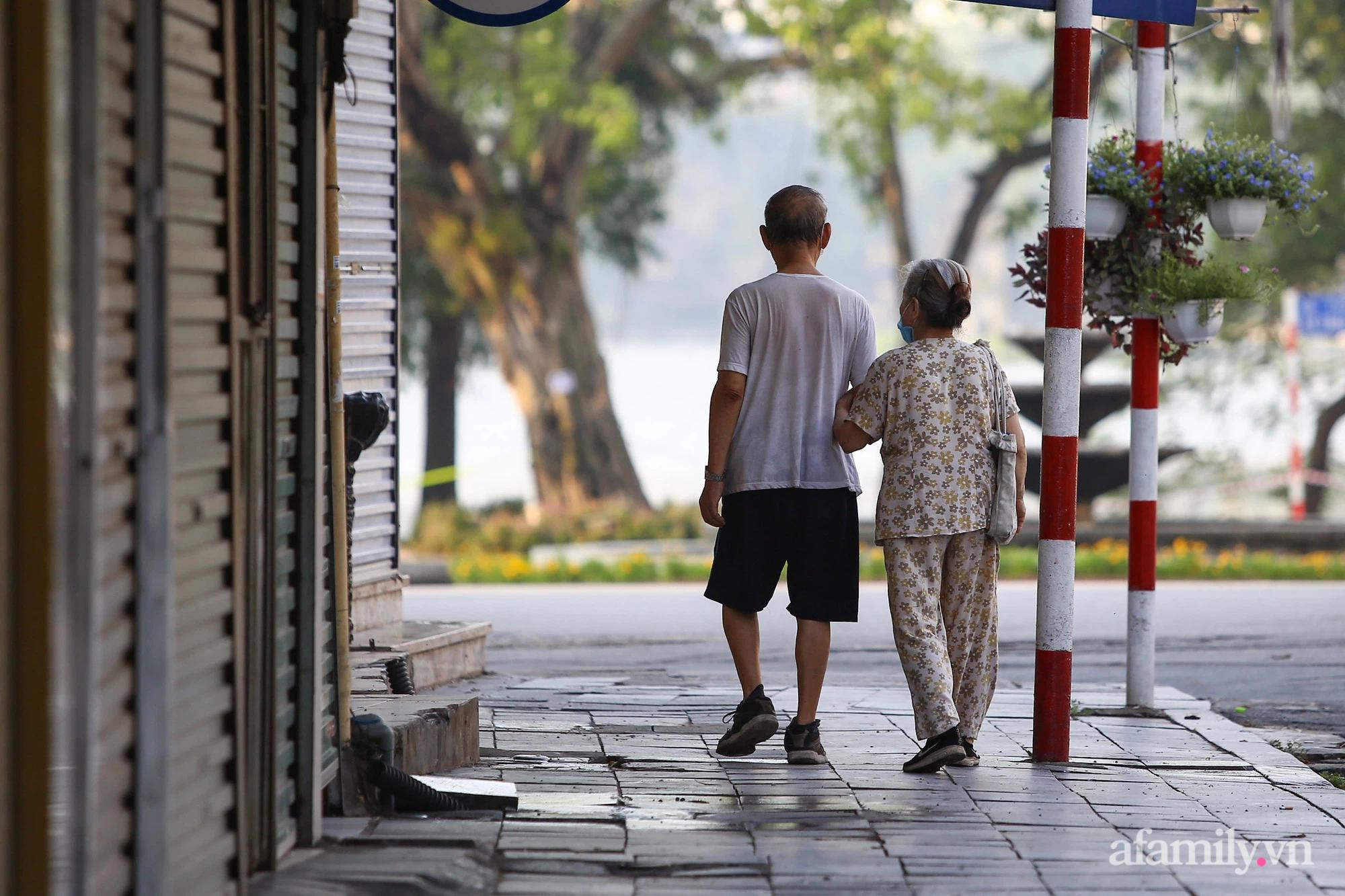 Buổi sáng đầu tiên cách ly toàn xã hội, đường phố Hà Nội vắng vẻ, người dân chỉ tập trung đông tại một số khu chợ để mua đồ ăn uống, sinh hoạt cho những ngày sắp tới - Ảnh 7.