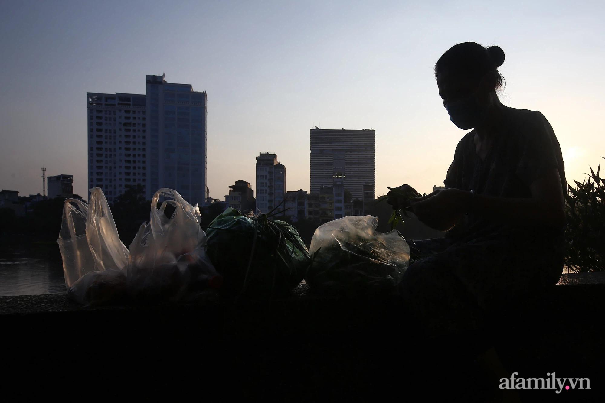 Buổi sáng đầu tiên cách ly toàn xã hội, đường phố Hà Nội vắng vẻ, người dân chỉ tập trung đông tại một số khu chợ để mua đồ ăn uống, sinh hoạt cho những ngày sắp tới - Ảnh 13.