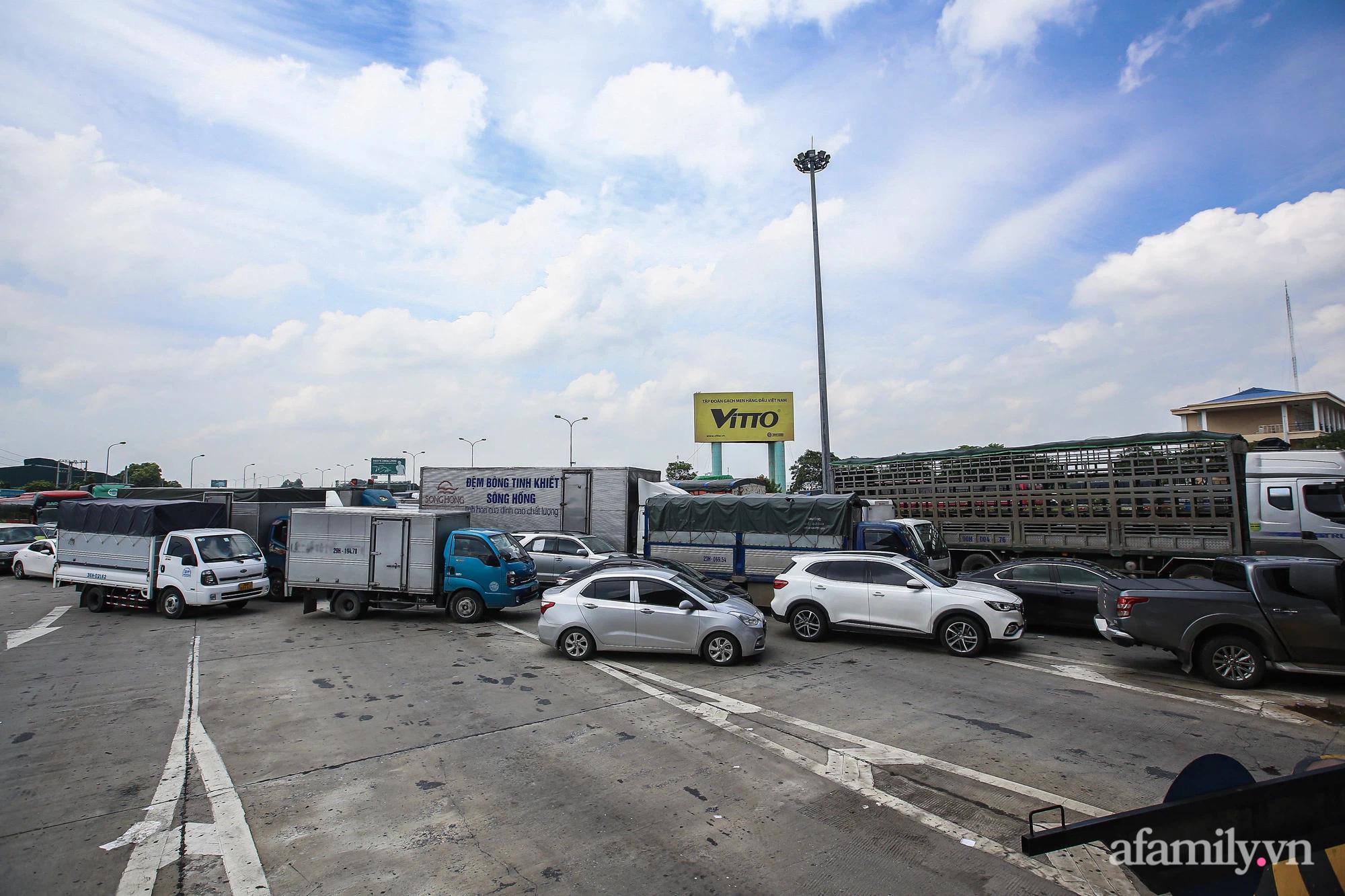 """Ngày đầu cách ly xã hội, 100% phương tiện tại 22 chốt kiểm soát đều phải quay đầu, các xe không thuộc """"luồng xanh"""" cần tránh lộ trình đi qua Hà Nội - Ảnh 9."""