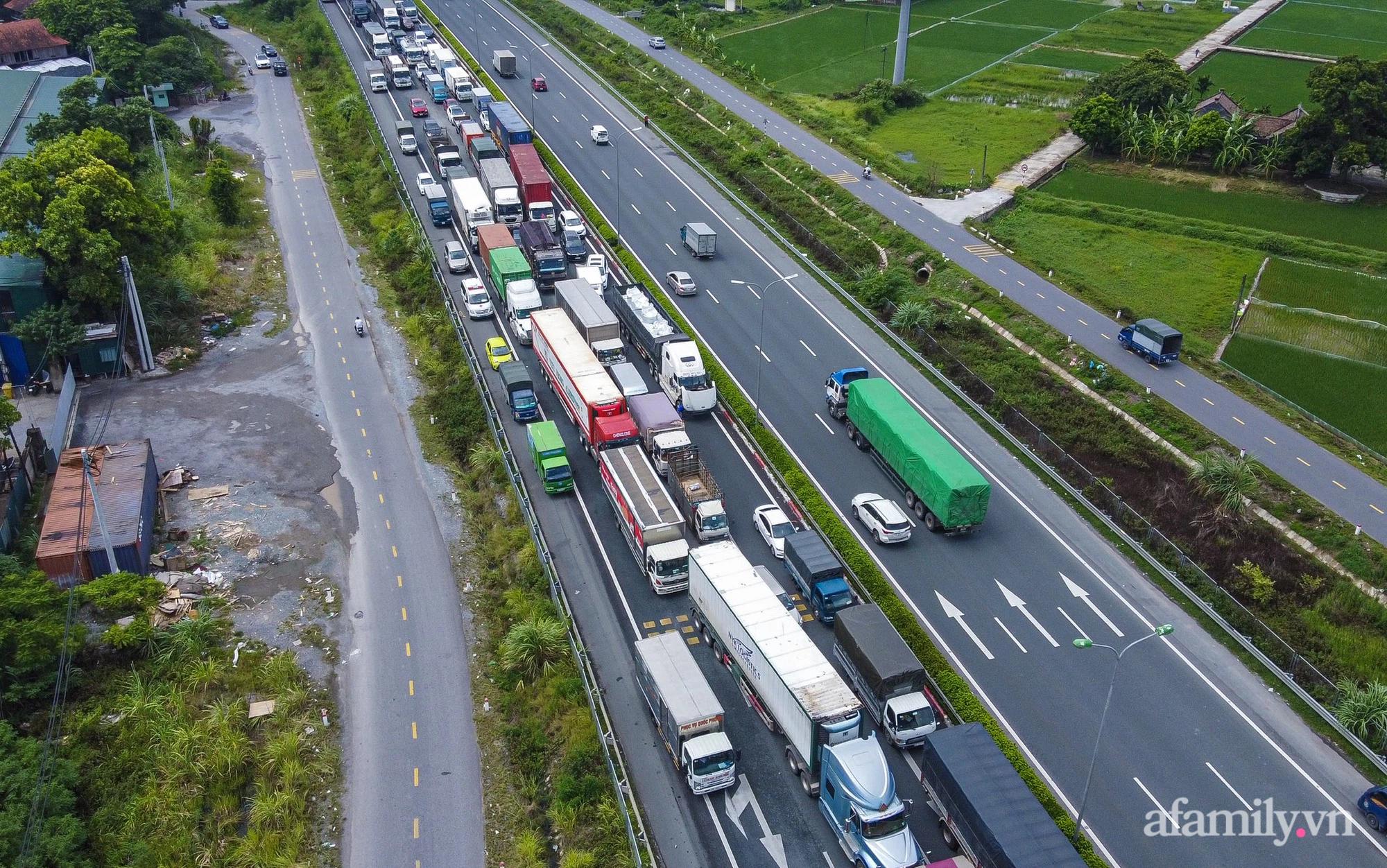 """Ngày đầu cách ly xã hội, 100% phương tiện tại 22 chốt kiểm soát đều phải quay đầu, các xe không thuộc """"luồng xanh"""" cần tránh lộ trình đi qua Hà Nội - Ảnh 12."""