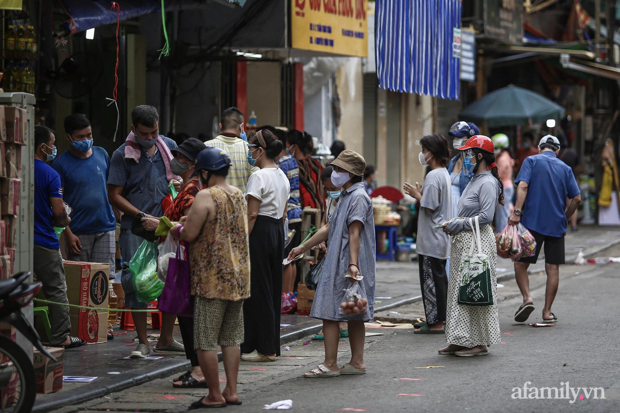 Ngày đầu giãn cách theo Chỉ thị 16, khu chợ ở Hà Nội kẻ vạch cách nhau 2 m, người mua kẻ bán tuy xa mặt nhưng không cách lòng - Ảnh 2.
