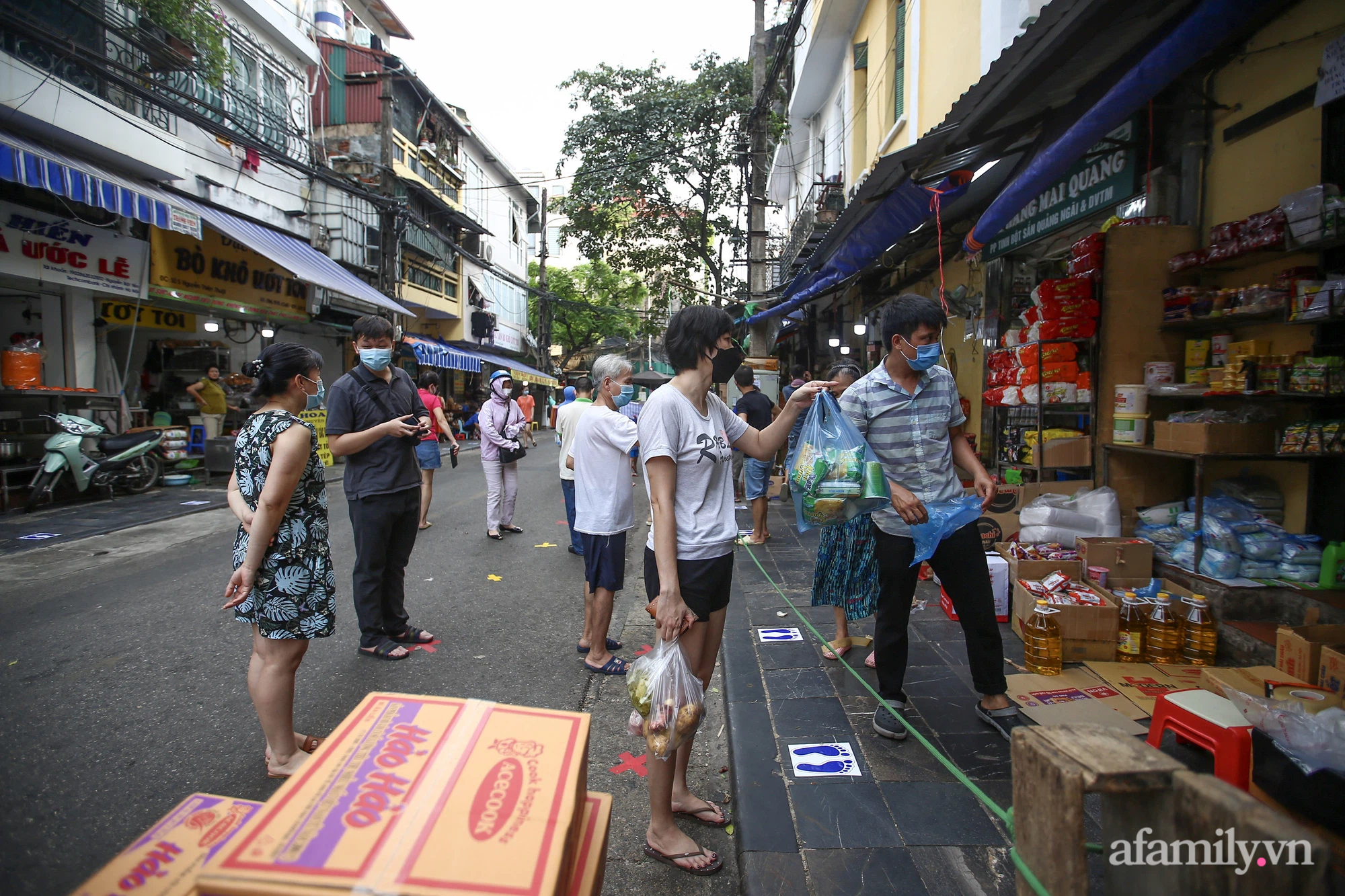 Ngày đầu giãn cách theo Chỉ thị 16, khu chợ ở Hà Nội kẻ vạch cách nhau 2 m, người mua kẻ bán tuy xa mặt nhưng không cách lòng - Ảnh 3.