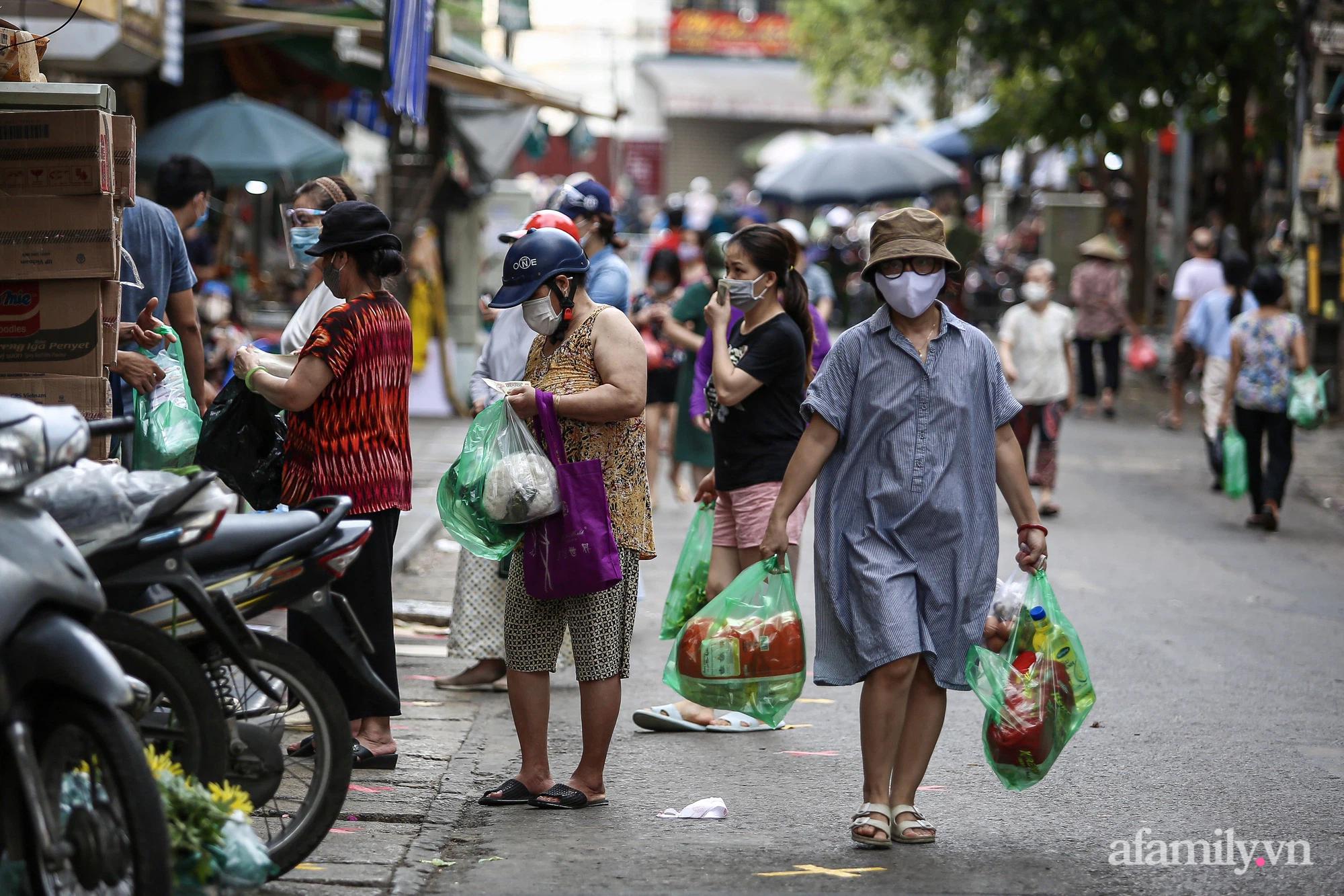 Ngày đầu giãn cách theo Chỉ thị 16, khu chợ ở Hà Nội kẻ vạch cách nhau 2 m, người mua kẻ bán tuy xa mặt nhưng không cách lòng - Ảnh 4.