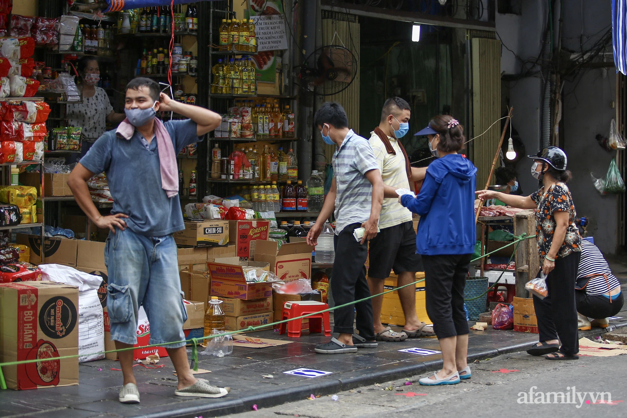 Ngày đầu giãn cách theo Chỉ thị 16, khu chợ ở Hà Nội kẻ vạch cách nhau 2 m, người mua kẻ bán tuy xa mặt nhưng không cách lòng - Ảnh 5.