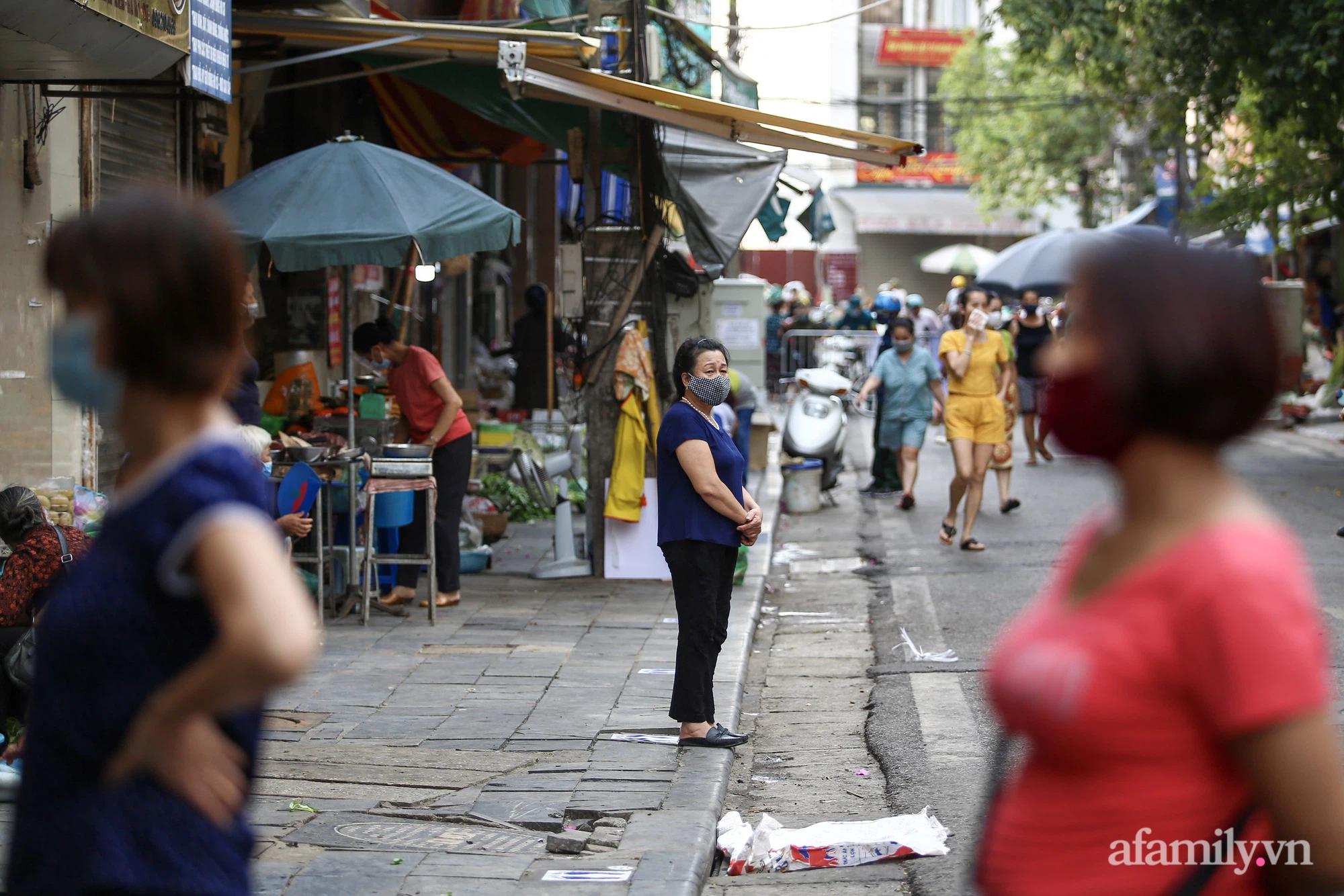 Ngày đầu giãn cách theo Chỉ thị 16, khu chợ ở Hà Nội kẻ vạch cách nhau 2 m, người mua kẻ bán tuy xa mặt nhưng không cách lòng - Ảnh 6.