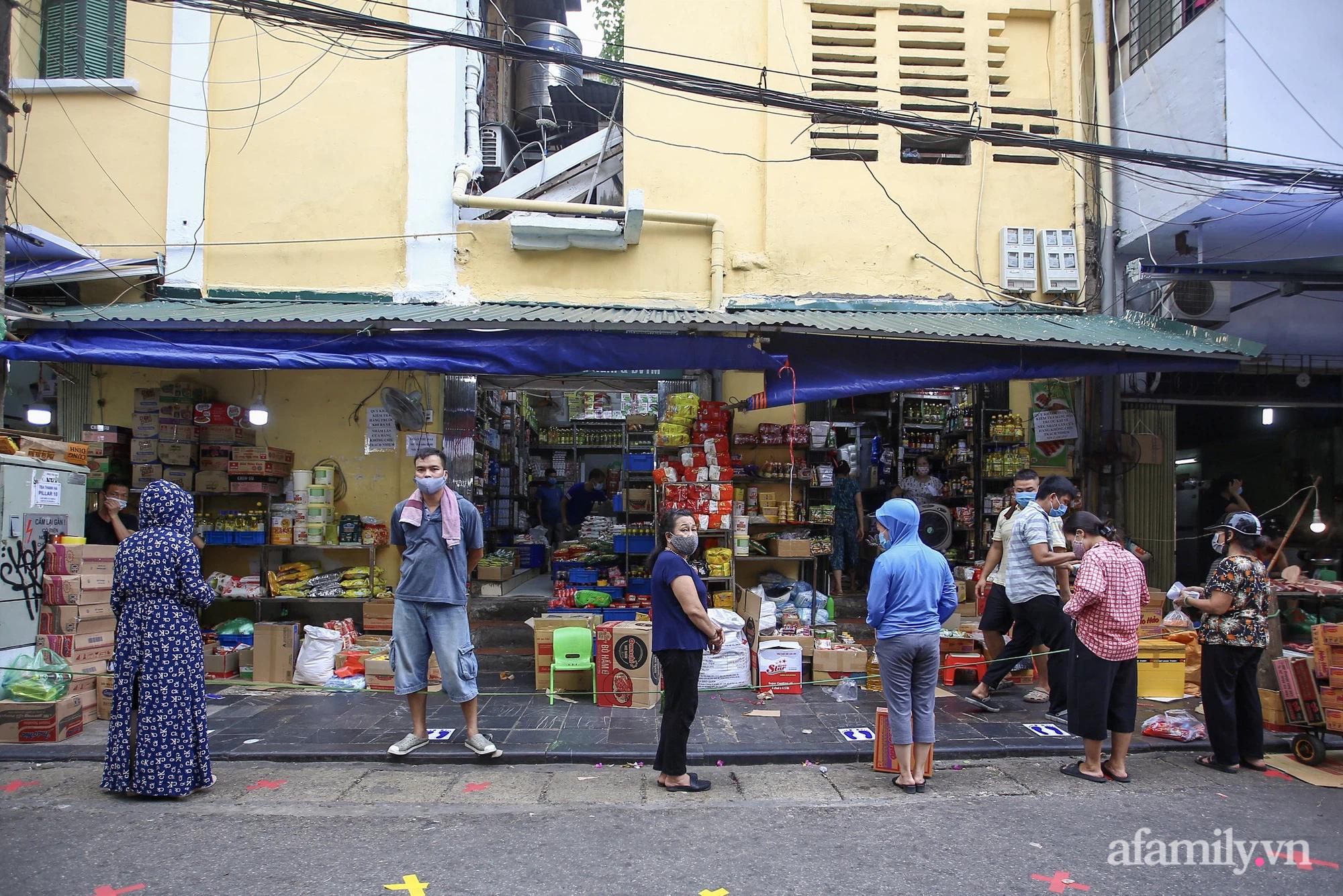 Ngày đầu giãn cách theo Chỉ thị 16, khu chợ ở Hà Nội kẻ vạch cách nhau 2 m, người mua kẻ bán tuy xa mặt nhưng không cách lòng - Ảnh 7.