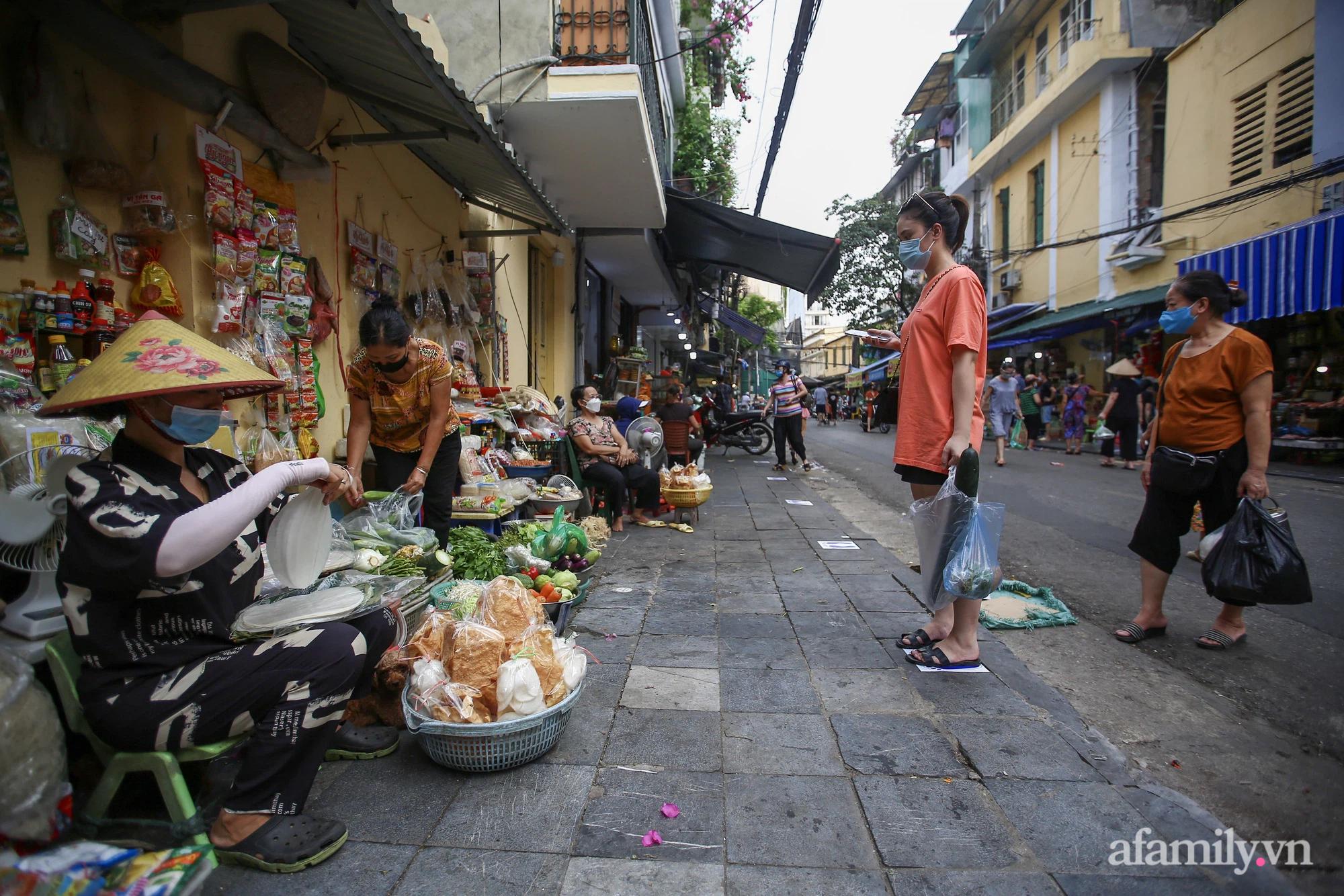 Ngày đầu giãn cách theo Chỉ thị 16, khu chợ ở Hà Nội kẻ vạch cách nhau 2 m, người mua kẻ bán tuy xa mặt nhưng không cách lòng - Ảnh 9.