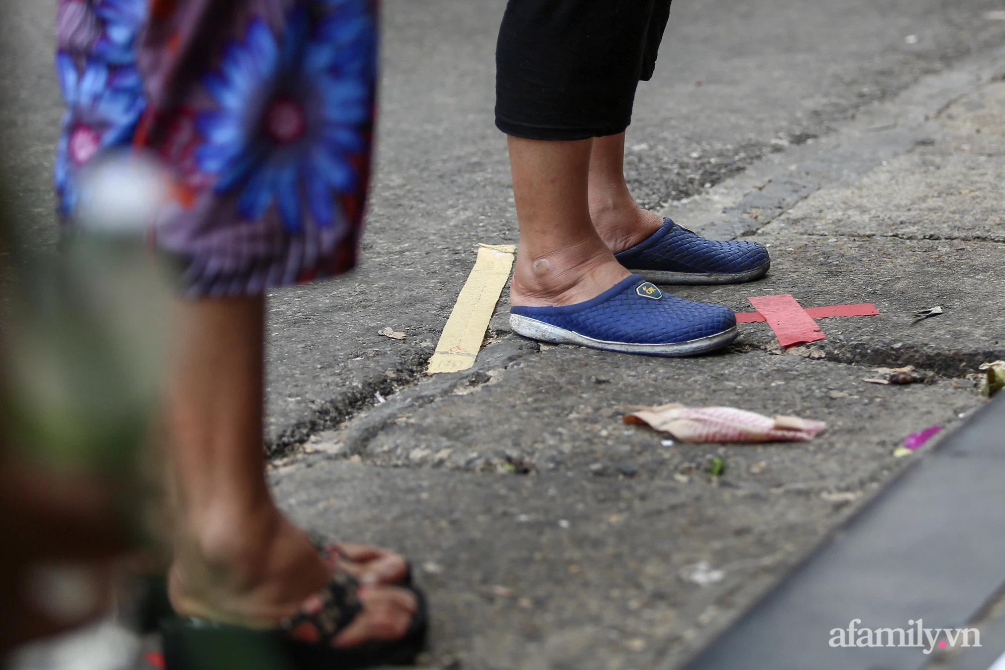 Ngày đầu giãn cách theo Chỉ thị 16, khu chợ ở Hà Nội kẻ vạch cách nhau 2 m, người mua kẻ bán tuy xa mặt nhưng không cách lòng - Ảnh 10.
