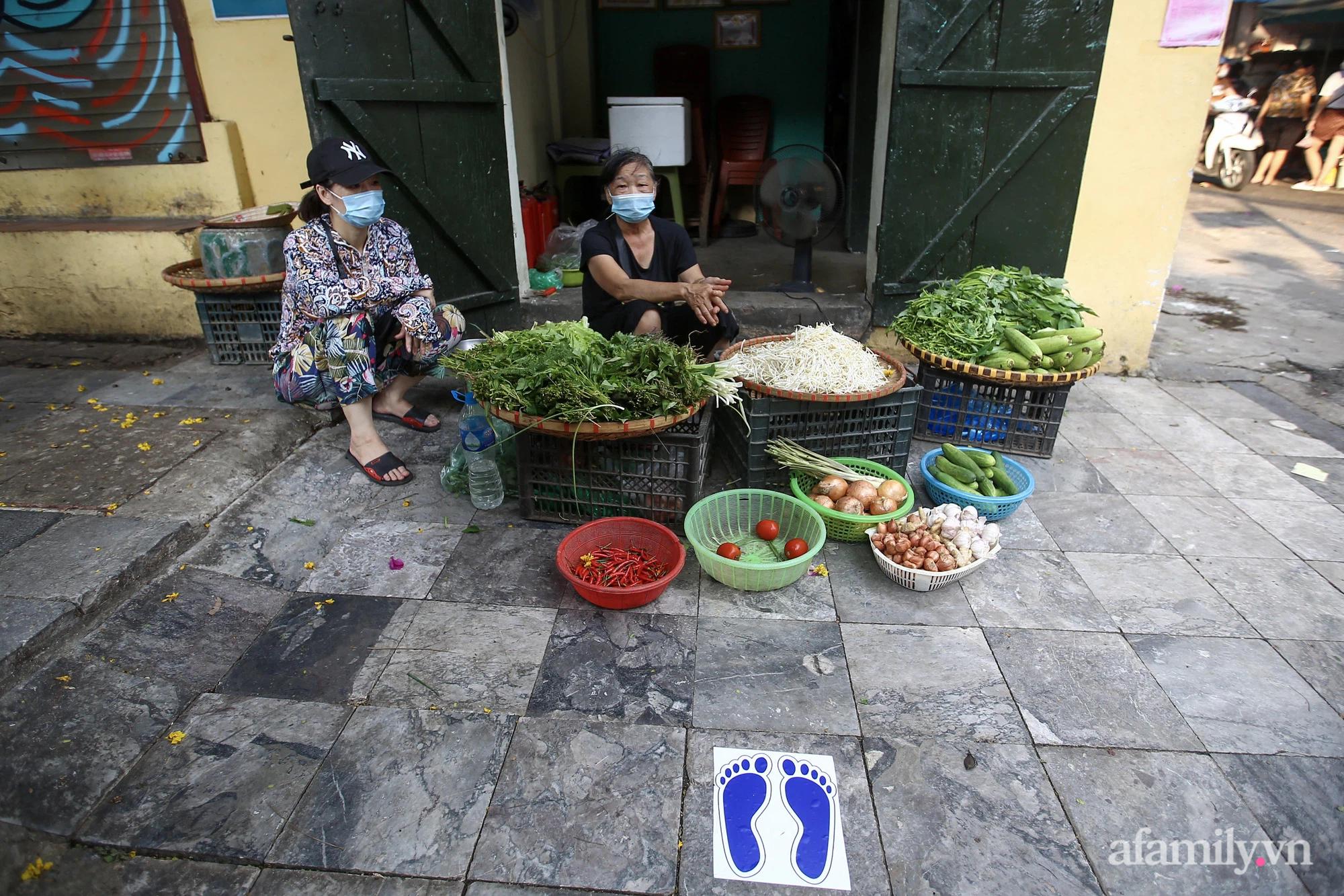 Ngày đầu giãn cách theo Chỉ thị 16, khu chợ ở Hà Nội kẻ vạch cách nhau 2 m, người mua kẻ bán tuy xa mặt nhưng không cách lòng - Ảnh 11.