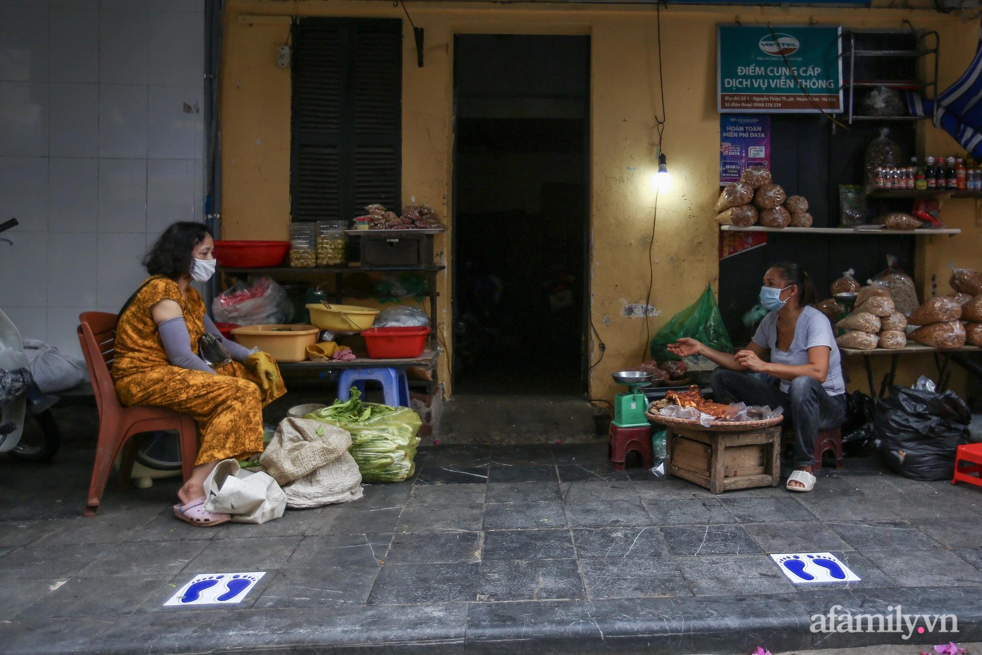 Ngày đầu giãn cách theo Chỉ thị 16, khu chợ ở Hà Nội kẻ vạch cách nhau 2 m, người mua kẻ bán tuy xa mặt nhưng không cách lòng - Ảnh 13.