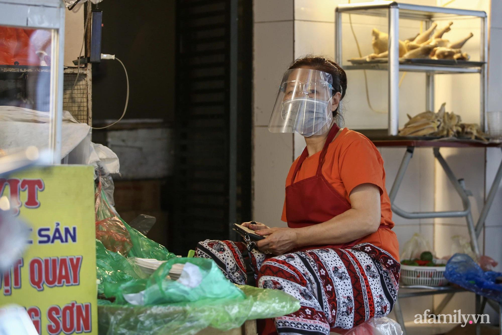 Ngày đầu giãn cách theo Chỉ thị 16, khu chợ ở Hà Nội kẻ vạch cách nhau 2 m, người mua kẻ bán tuy xa mặt nhưng không cách lòng - Ảnh 14.