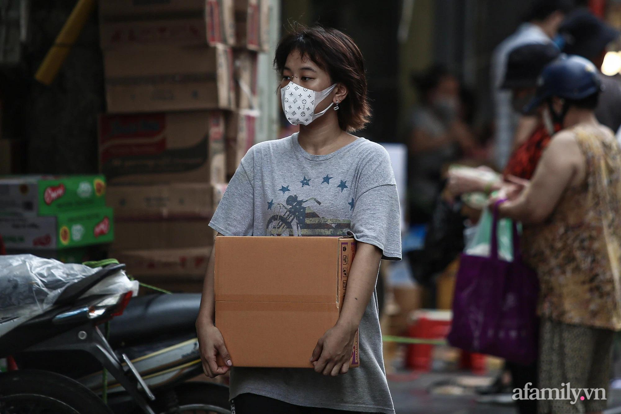 Ngày đầu giãn cách theo Chỉ thị 16, khu chợ ở Hà Nội kẻ vạch cách nhau 2 m, người mua kẻ bán tuy xa mặt nhưng không cách lòng - Ảnh 15.