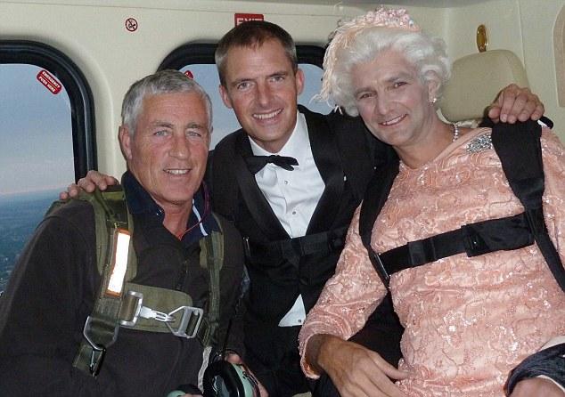 """Màn nhảy dù cực chất của Nữ hoàng Anh tại Lễ khai mạc Olympic 2012 bỗng """"gây sốt"""" trở lại và sự thật ít ai biết đằng sau - Ảnh 6."""