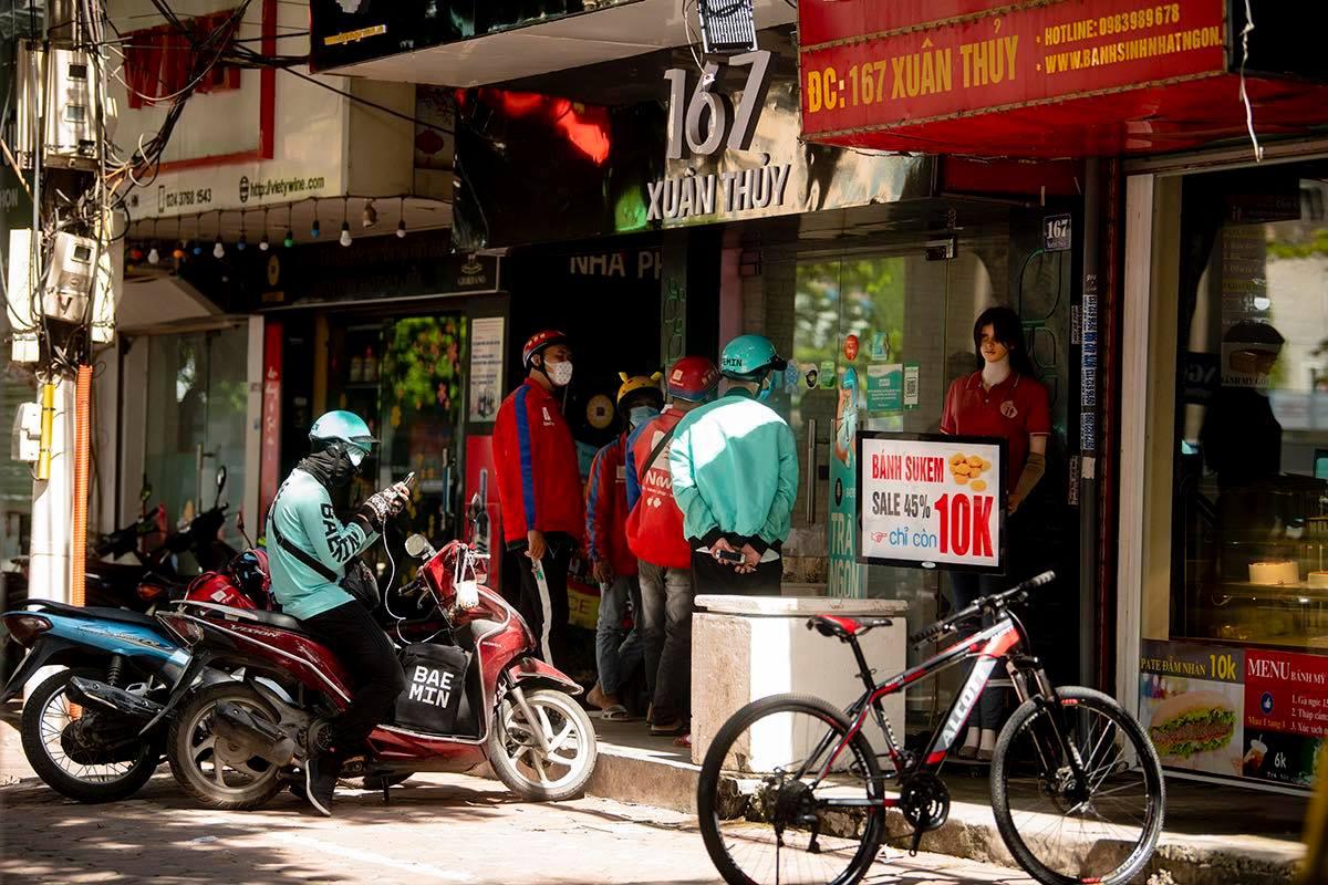 'Shipper' của bưu chính, siêu thị được hoạt động sau khi đăng ký với Sở GTVT Hà Nội - Ảnh 1.