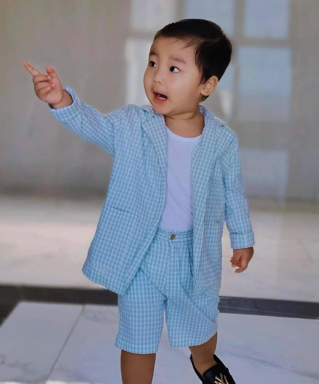 """Nghỉ dịch ở nhà, Hoà Minzy lên đồ cho con trai như """"tổng tài"""" nhưng chỉ để đi làm một việc"""