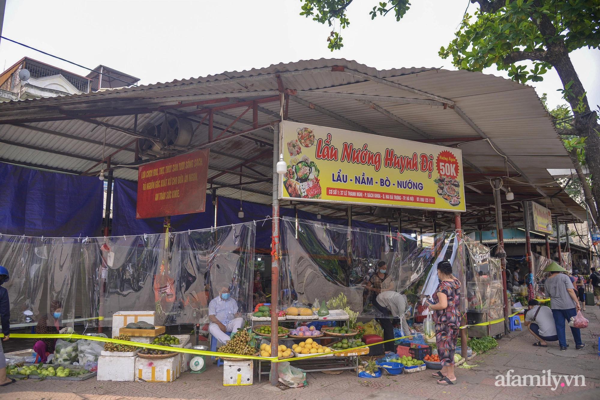 Ấn tượng với khu chợ dân sinh đầu tiên ở Hà Nội quây tấm nilon phòng dịch COVID-19, tiểu thương chia ca đứng bán theo ngày chẵn, lẻ - Ảnh 1.