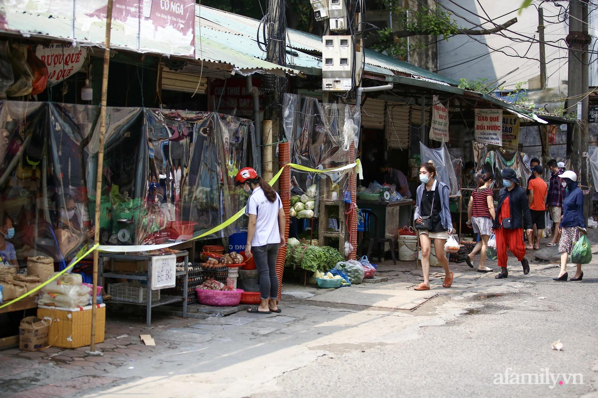 Ấn tượng với khu chợ dân sinh đầu tiên ở Hà Nội quây tấm nilon phòng dịch COVID-19, tiểu thương chia ca đứng bán theo ngày chẵn, lẻ - Ảnh 2.