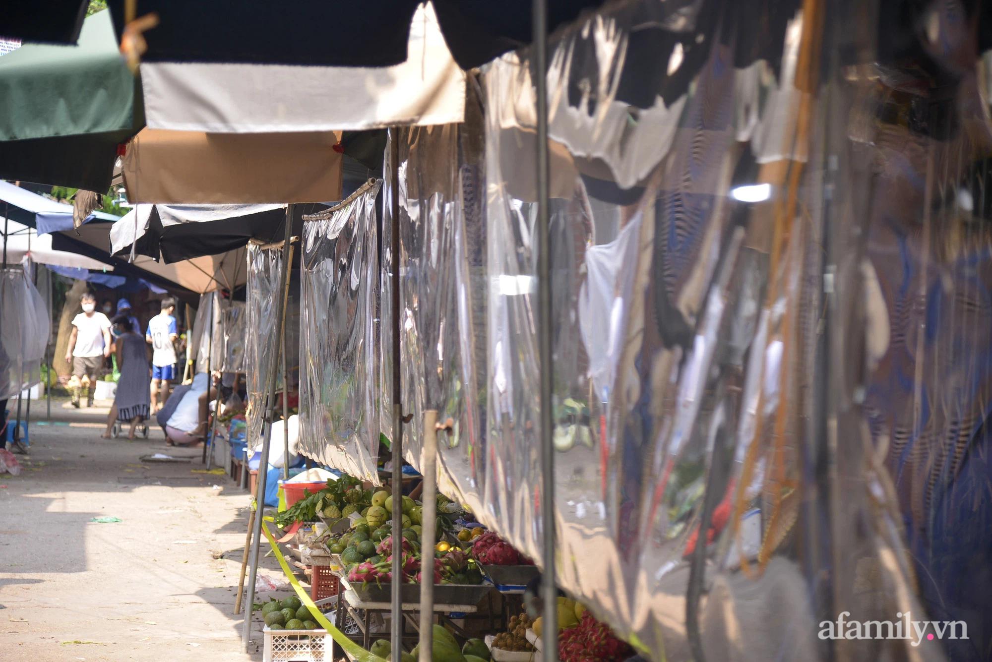 Ấn tượng với khu chợ dân sinh đầu tiên ở Hà Nội quây tấm nilon phòng dịch COVID-19, tiểu thương chia ca đứng bán theo ngày chẵn, lẻ - Ảnh 4.