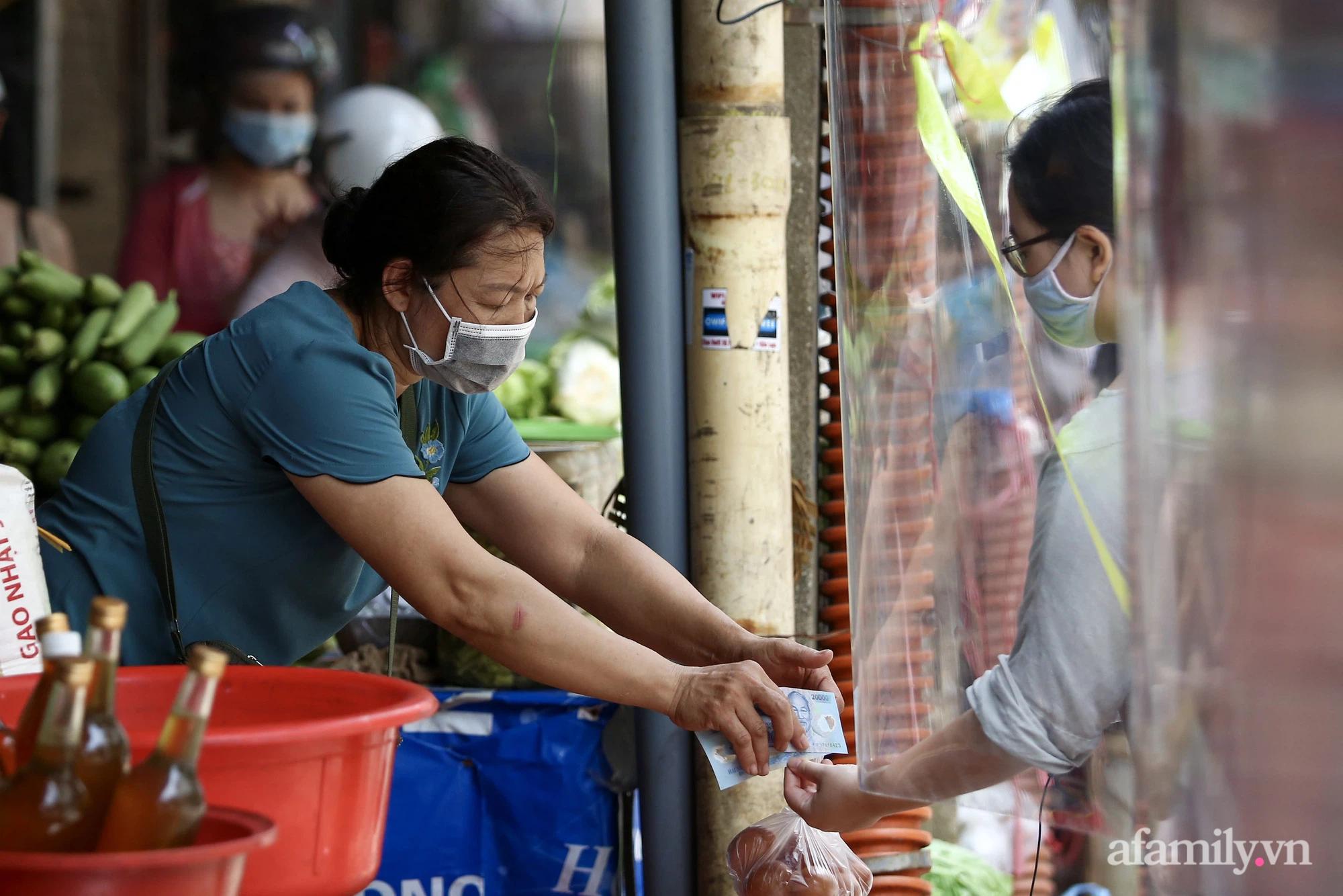 Ấn tượng với khu chợ dân sinh đầu tiên ở Hà Nội quây tấm nilon phòng dịch COVID-19, tiểu thương chia ca đứng bán theo ngày chẵn, lẻ - Ảnh 5.
