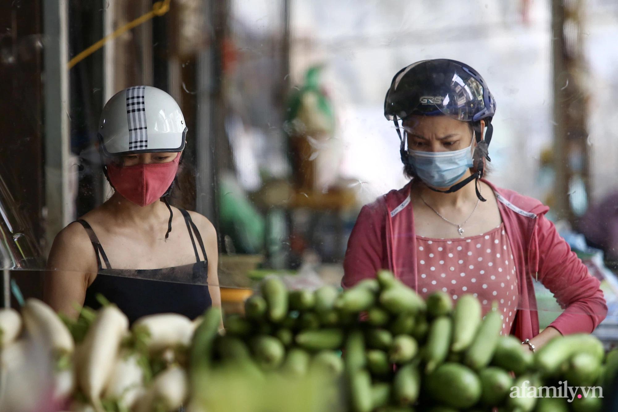 Ấn tượng với khu chợ dân sinh đầu tiên ở Hà Nội quây tấm nilon phòng dịch COVID-19, tiểu thương chia ca đứng bán theo ngày chẵn, lẻ - Ảnh 6.