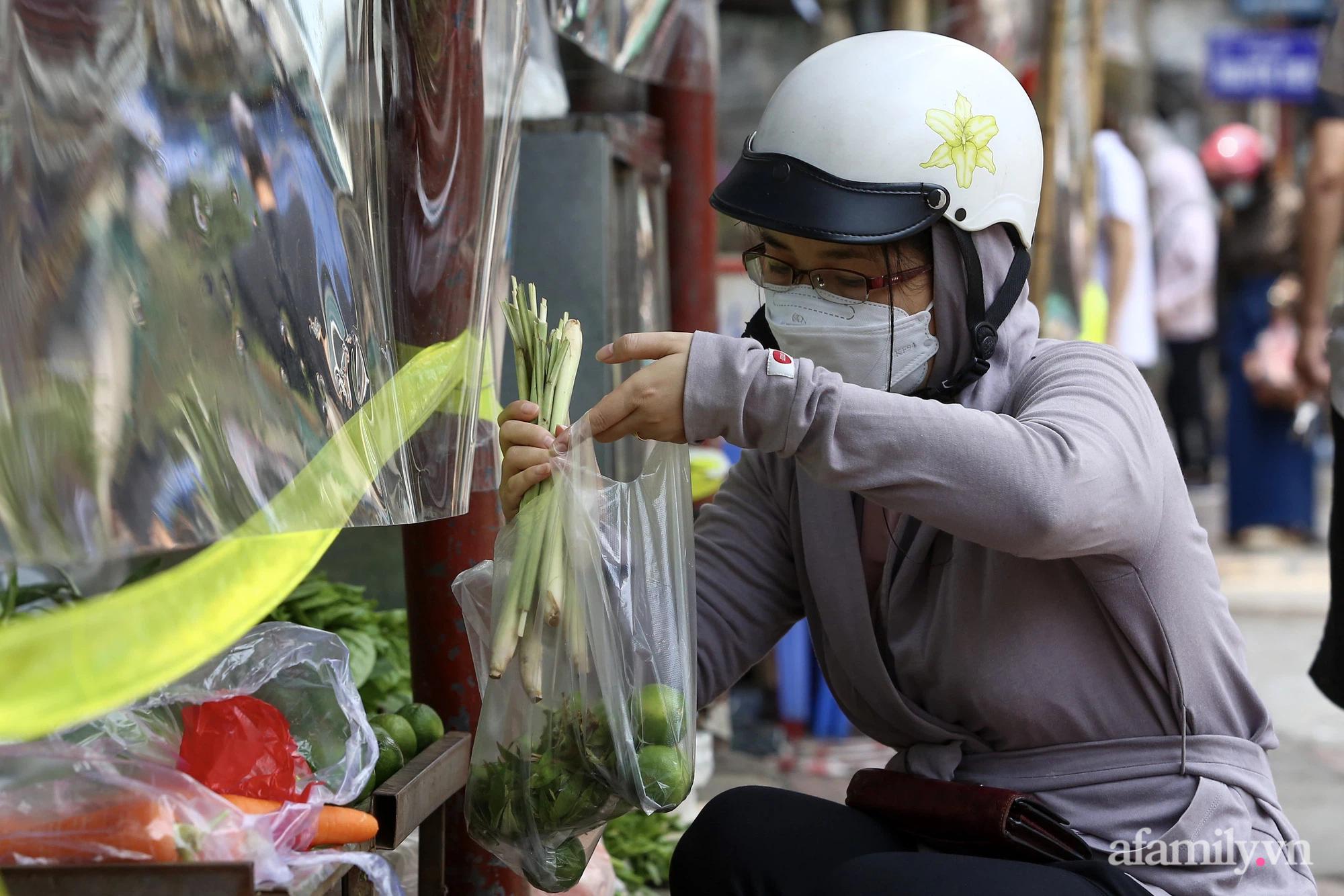 Ấn tượng với khu chợ dân sinh đầu tiên ở Hà Nội quây tấm nilon phòng dịch COVID-19, tiểu thương chia ca đứng bán theo ngày chẵn, lẻ - Ảnh 7.