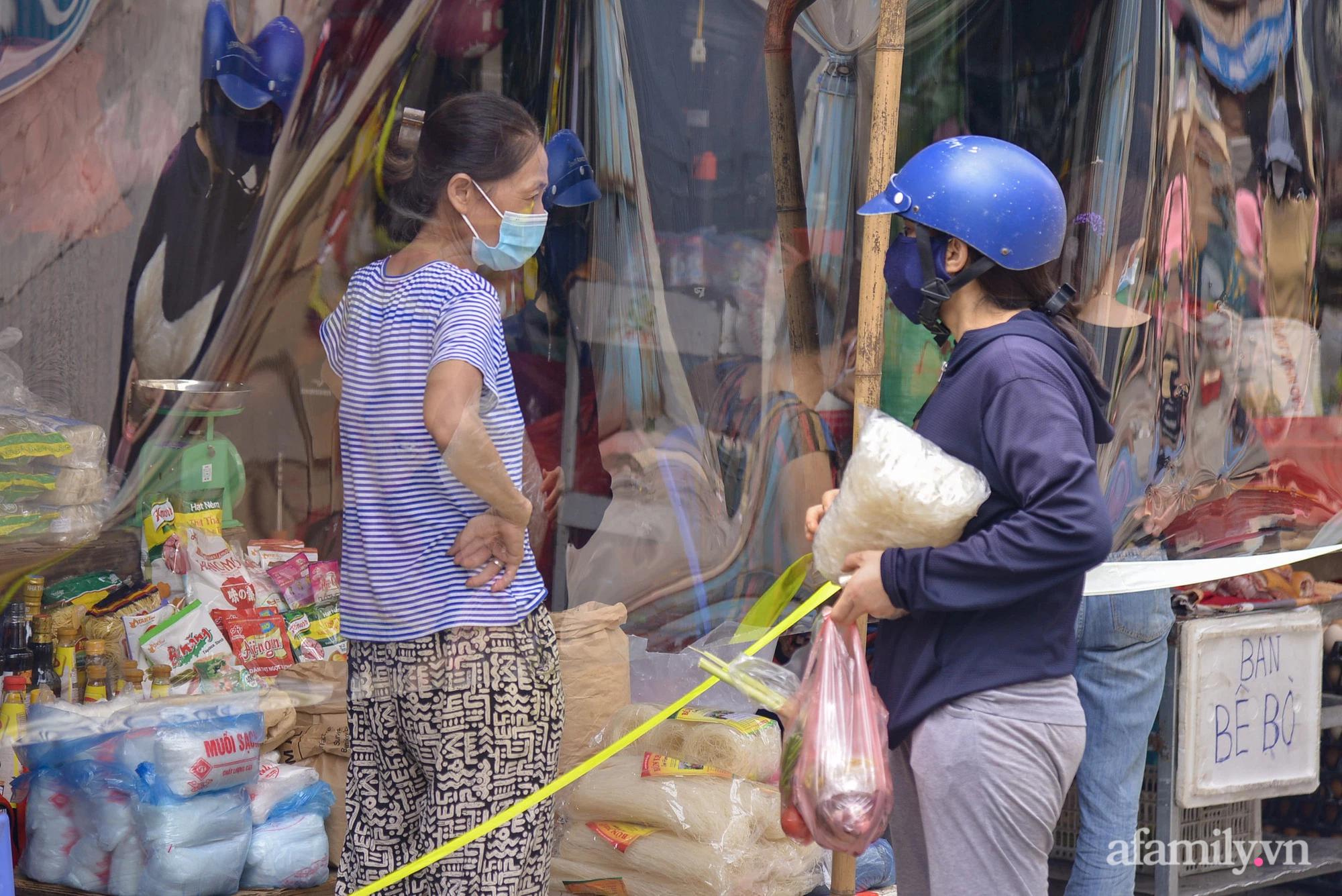 Ấn tượng với khu chợ dân sinh đầu tiên ở Hà Nội quây tấm nilon phòng dịch COVID-19, tiểu thương chia ca đứng bán theo ngày chẵn, lẻ - Ảnh 8.