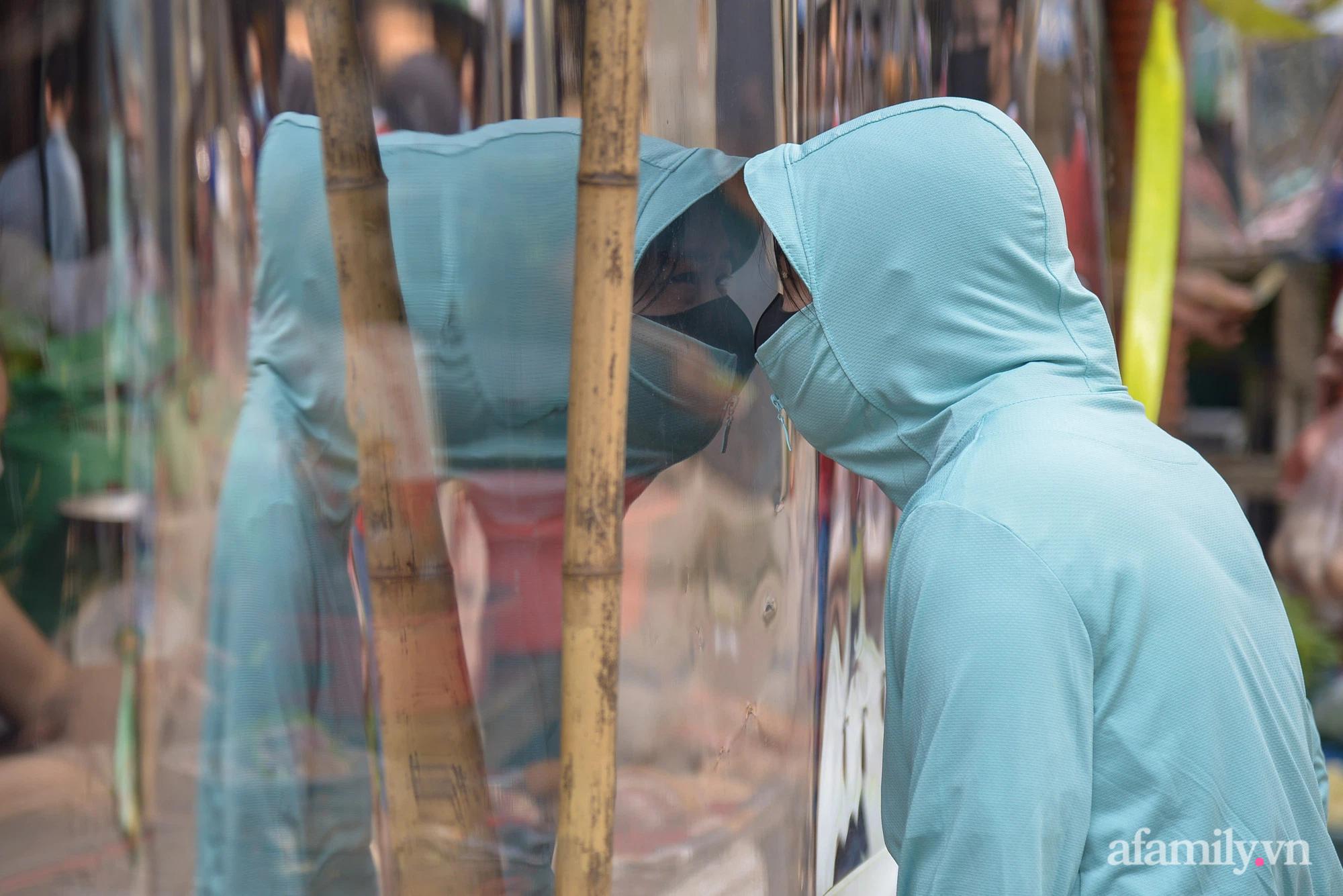 Ấn tượng với khu chợ dân sinh đầu tiên ở Hà Nội quây tấm nilon phòng dịch COVID-19, tiểu thương chia ca đứng bán theo ngày chẵn, lẻ - Ảnh 9.