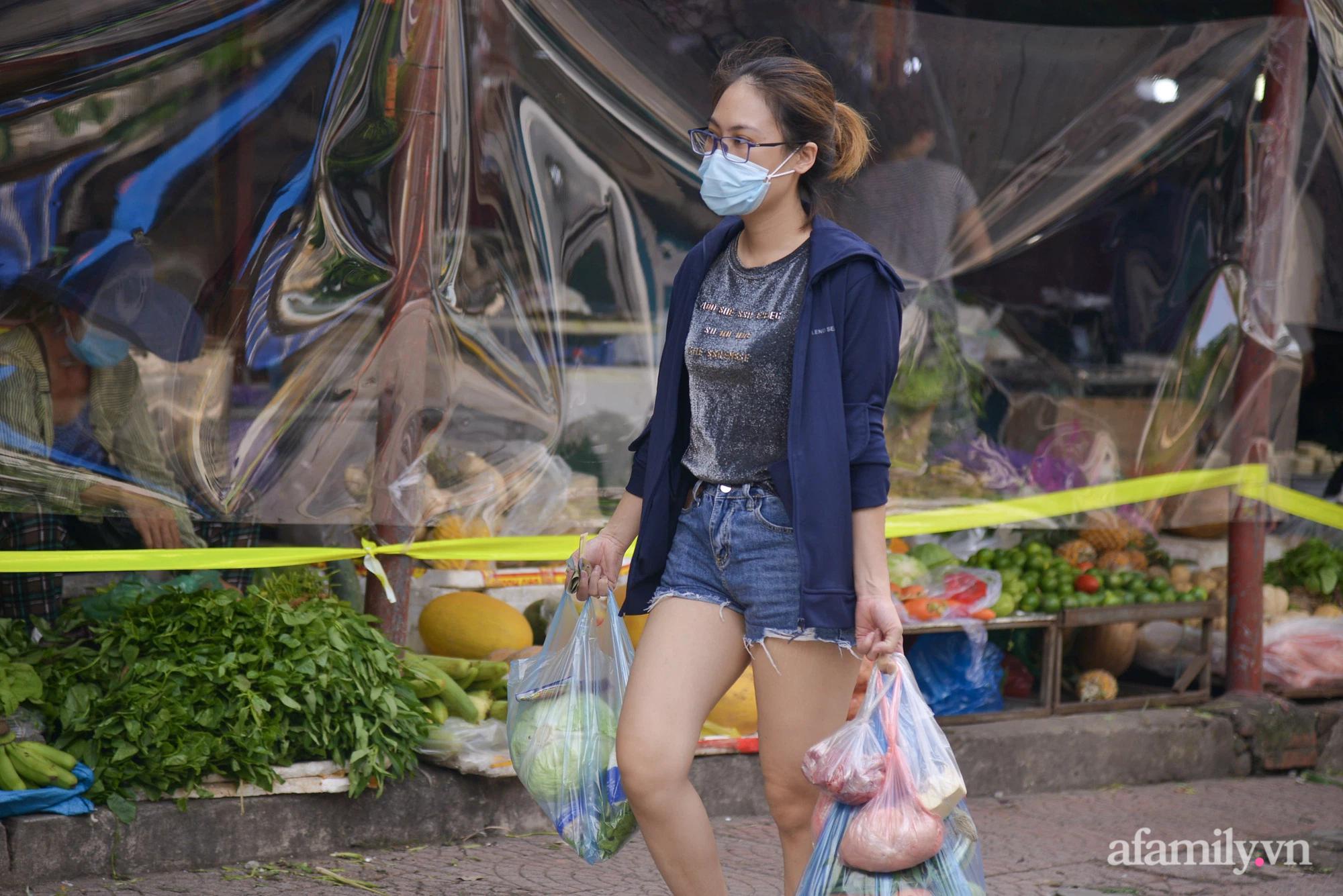 Ấn tượng với khu chợ dân sinh đầu tiên ở Hà Nội quây tấm nilon phòng dịch COVID-19, tiểu thương chia ca đứng bán theo ngày chẵn, lẻ - Ảnh 10.