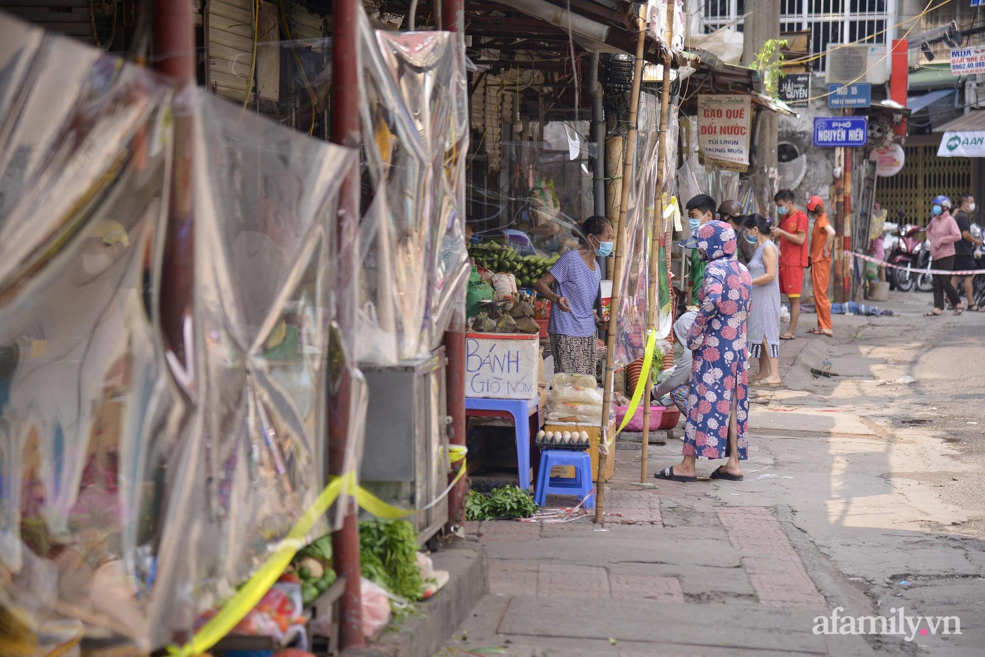 Ấn tượng với khu chợ dân sinh đầu tiên ở Hà Nội quây tấm nilon phòng dịch COVID-19, tiểu thương chia ca đứng bán theo ngày chẵn, lẻ - Ảnh 11.