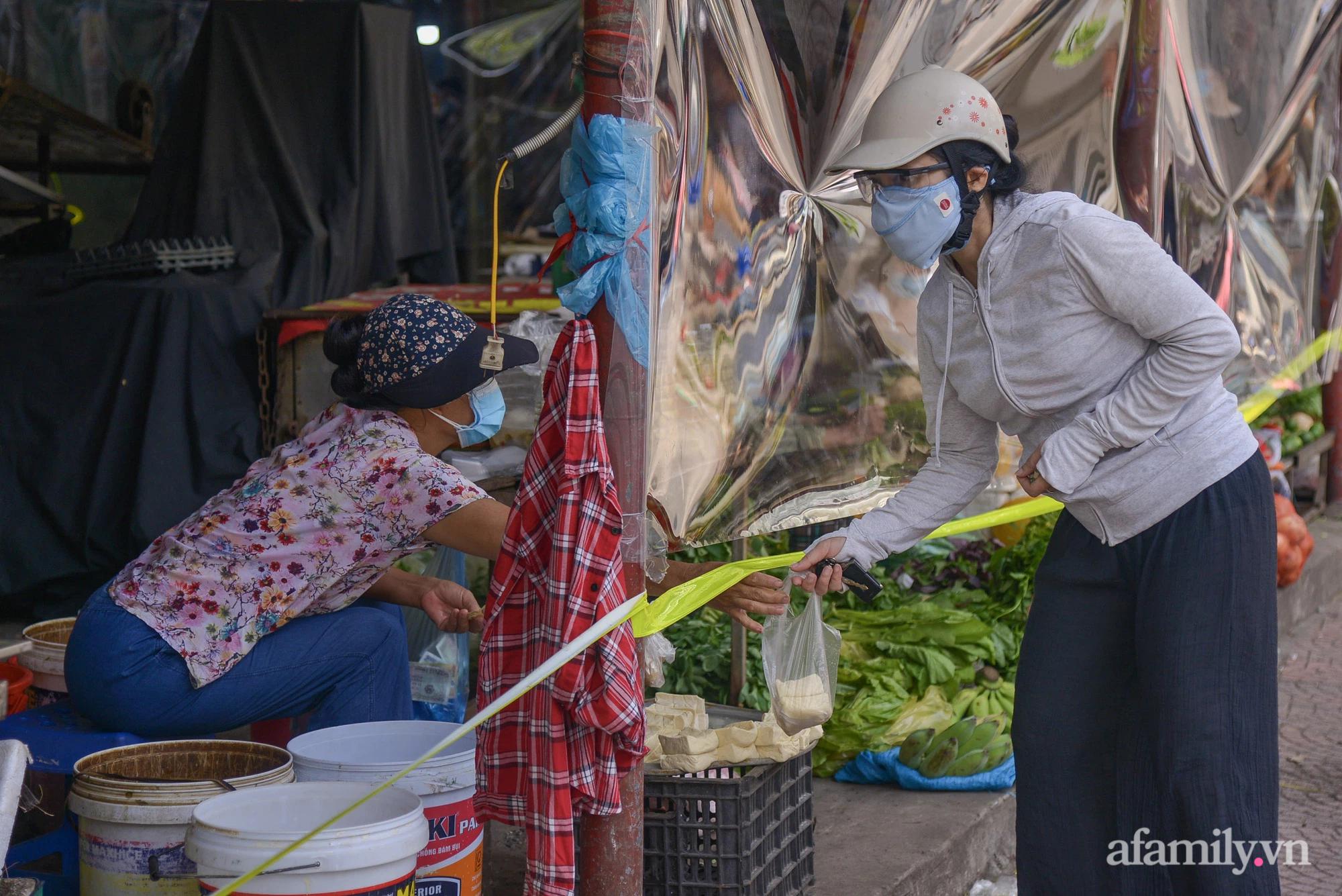 Ấn tượng với khu chợ dân sinh đầu tiên ở Hà Nội quây tấm nilon phòng dịch COVID-19, tiểu thương chia ca đứng bán theo ngày chẵn, lẻ - Ảnh 12.